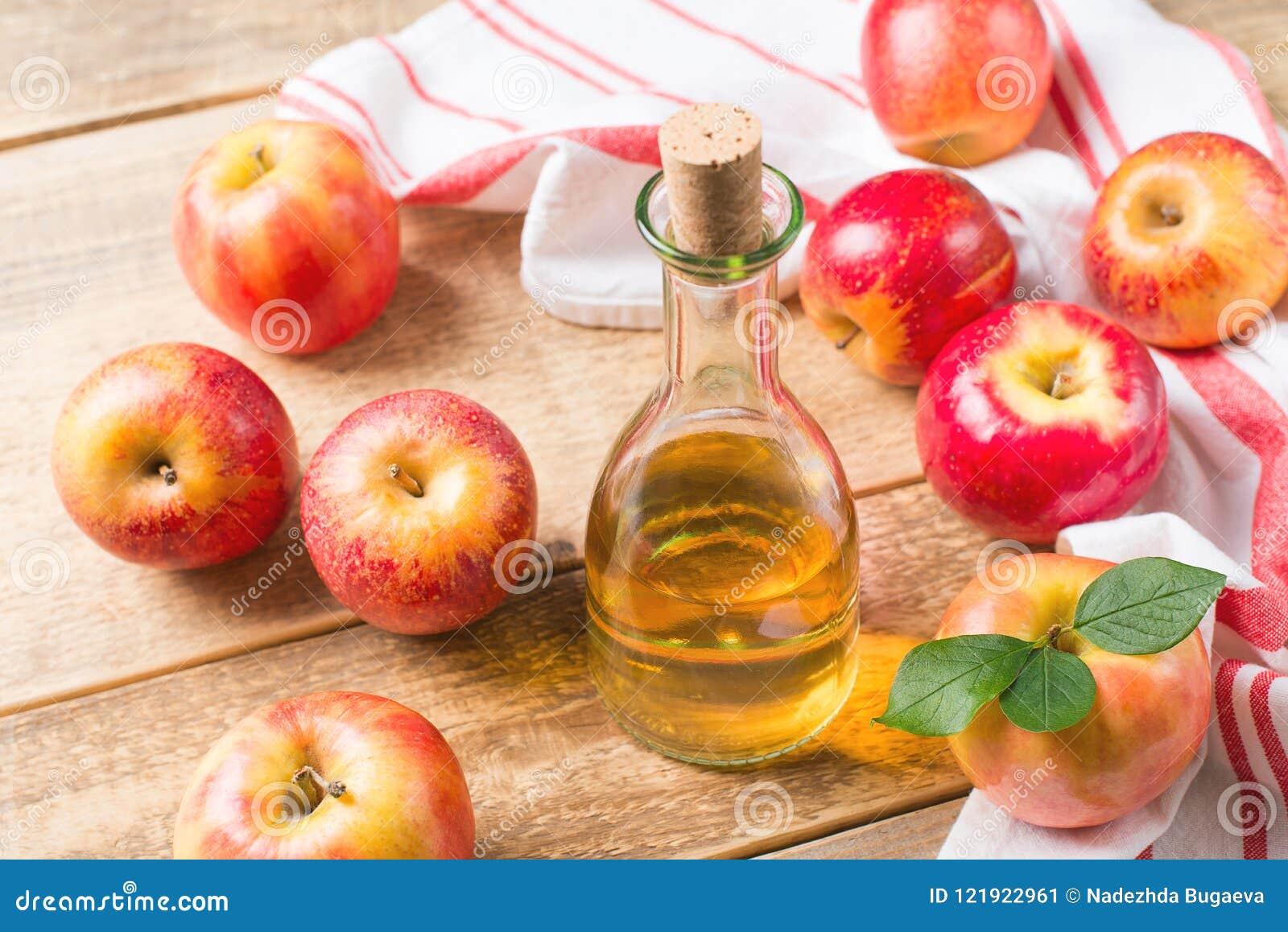 Äppelcidervinäger i flaska med äpplet
