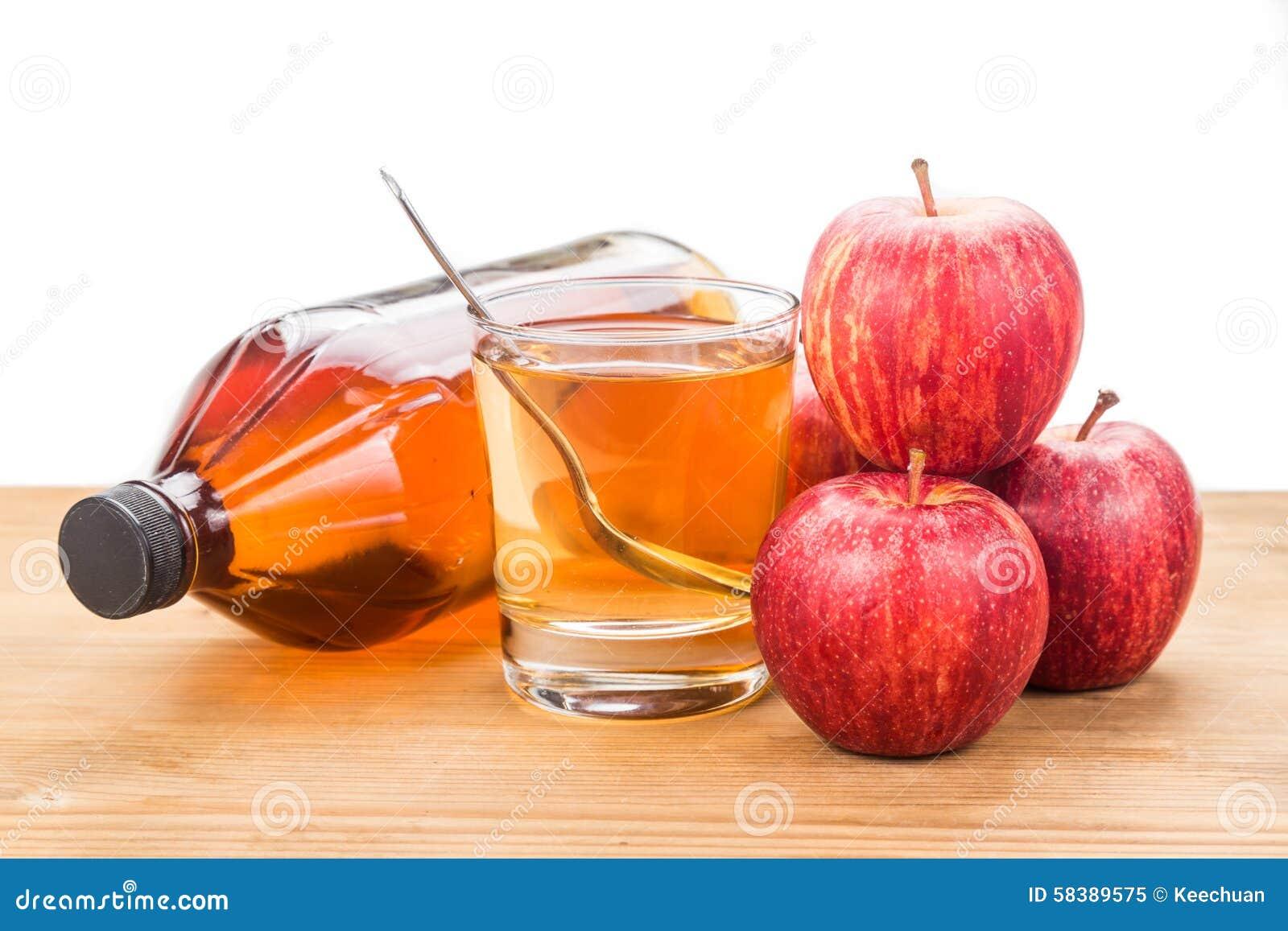 Äppelcidervinäger i glass och ny äpplet det krus, sund drink