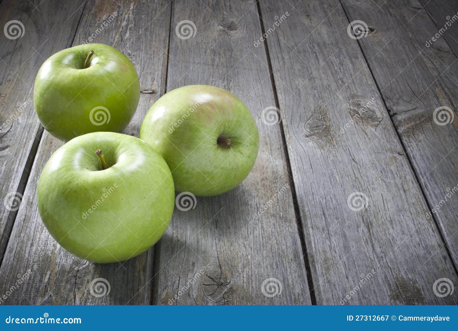 Äpplen på Wood bakgrund