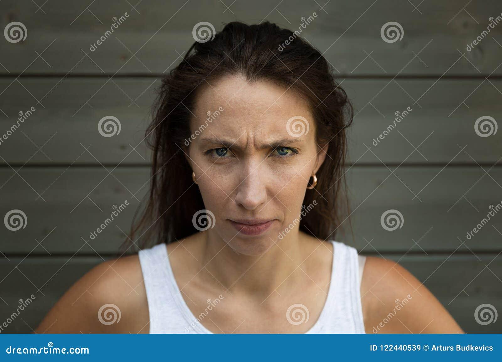 Ärger- und Rasereikonzept Junge ausdrucksvolle Frau zeigen ihr schlechtes Gesicht