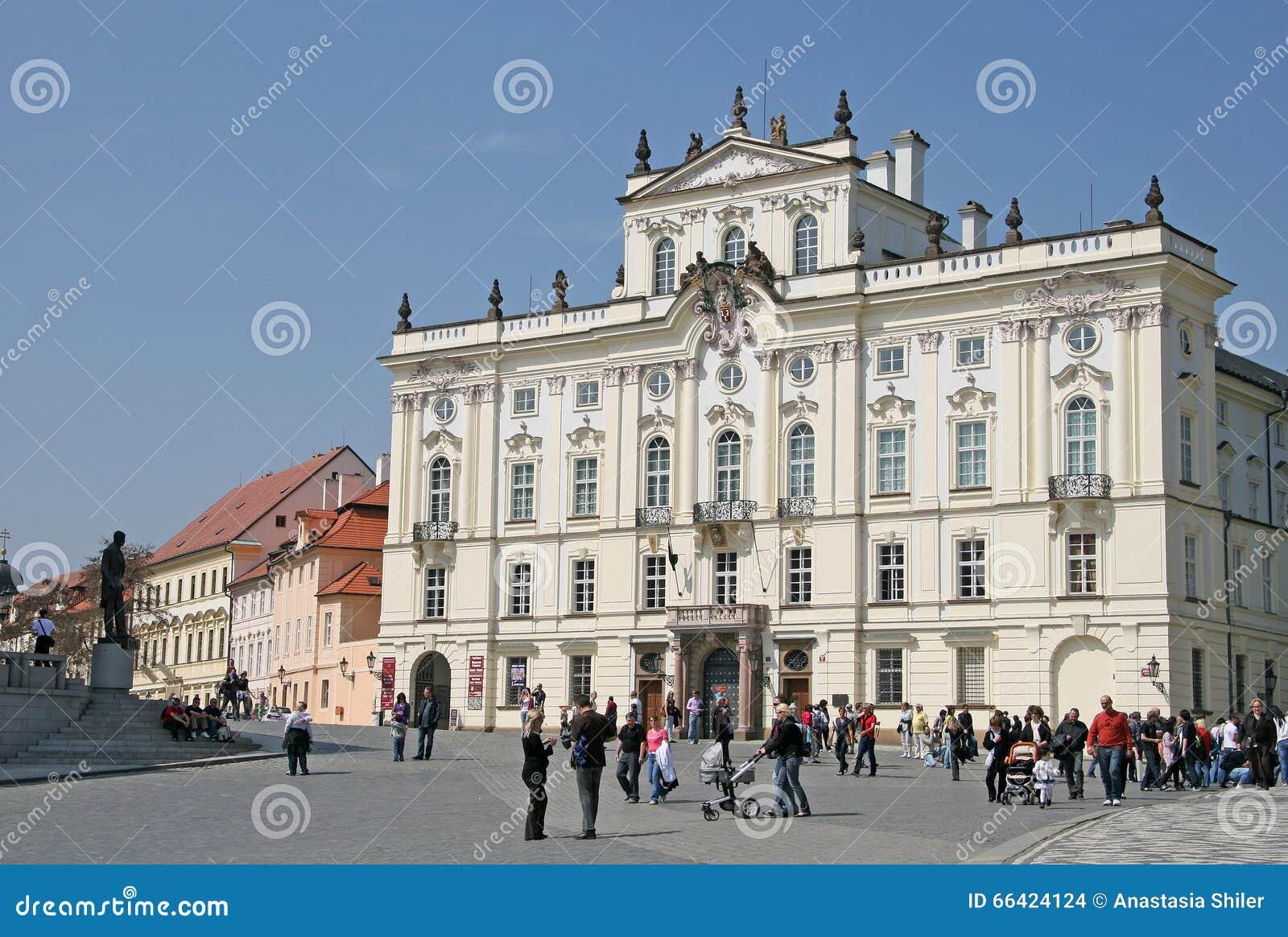 Ärkebiskop Palace, berömd byggnad på den huvudsakliga ingången av den Prague slotten Prague tjeckisk republik