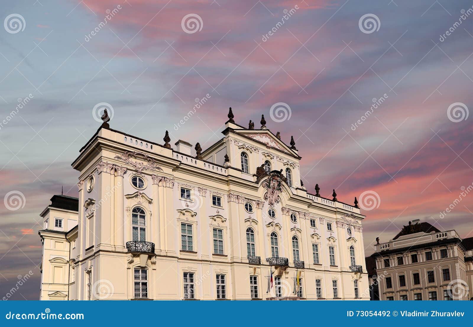Ärkebiskop Palace, berömd byggnad på den huvudsakliga ingången i den Prague slotten, Tjeckien