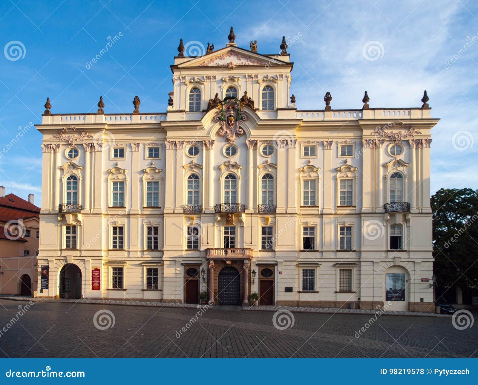 Ärkebiskop Palace på den Hradcany fyrkanten nära den Prague slotten, Prague, Tjeckien