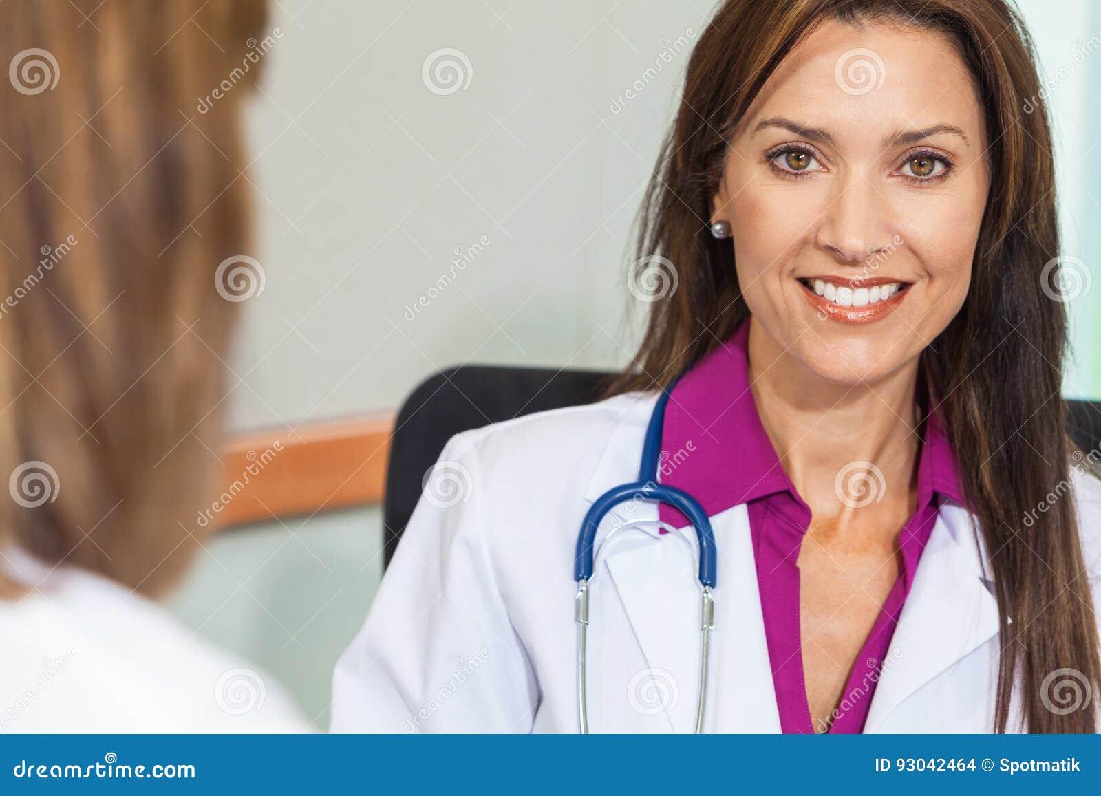 Ärztin in der Krankenhaus-Sitzung mit weiblichem Kollegen