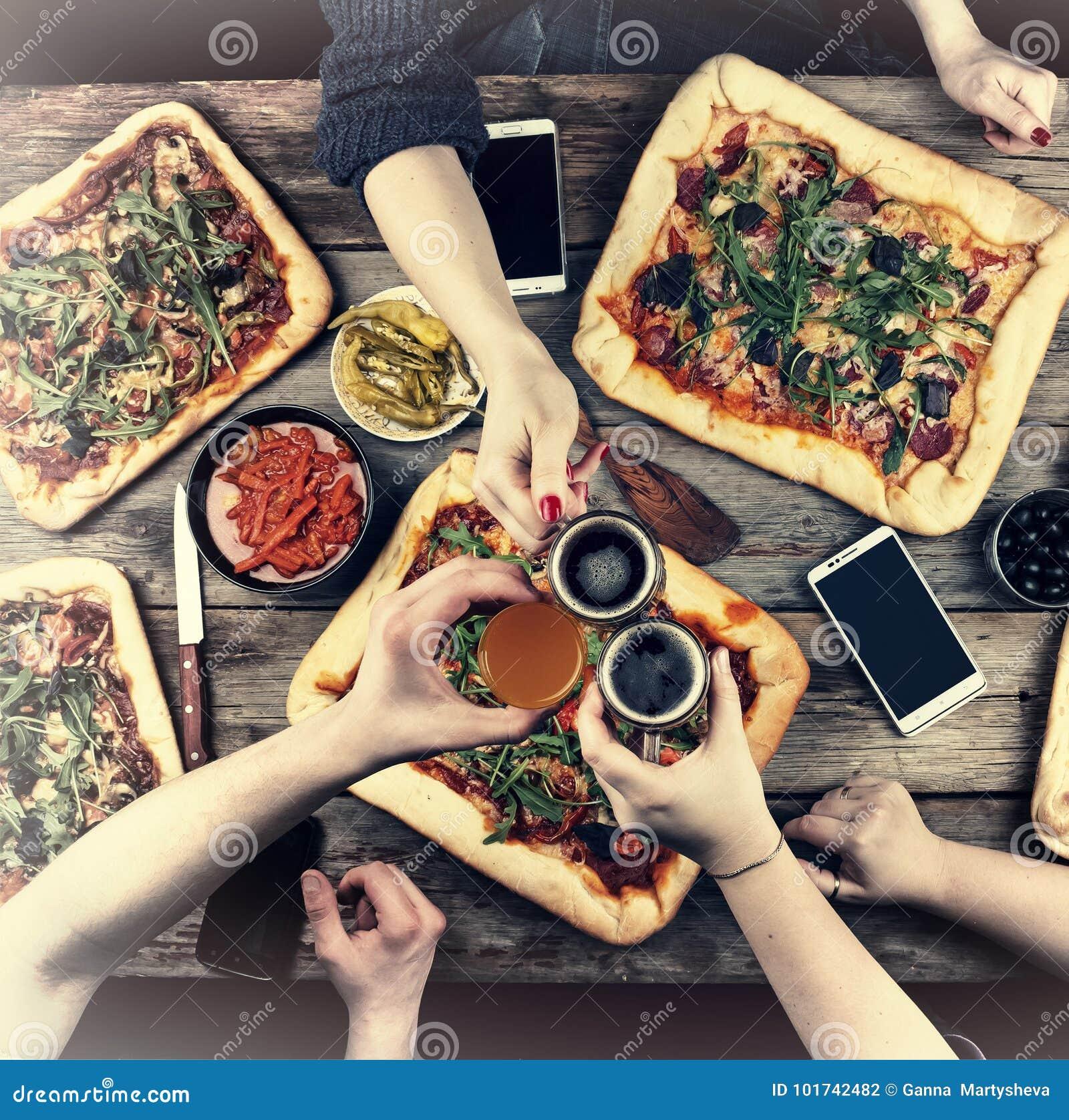 Äta begrepp Tycka om matställen med vänner, bästa sikt av grupp människor som har matställen tillsammans, medan sitta på den lant