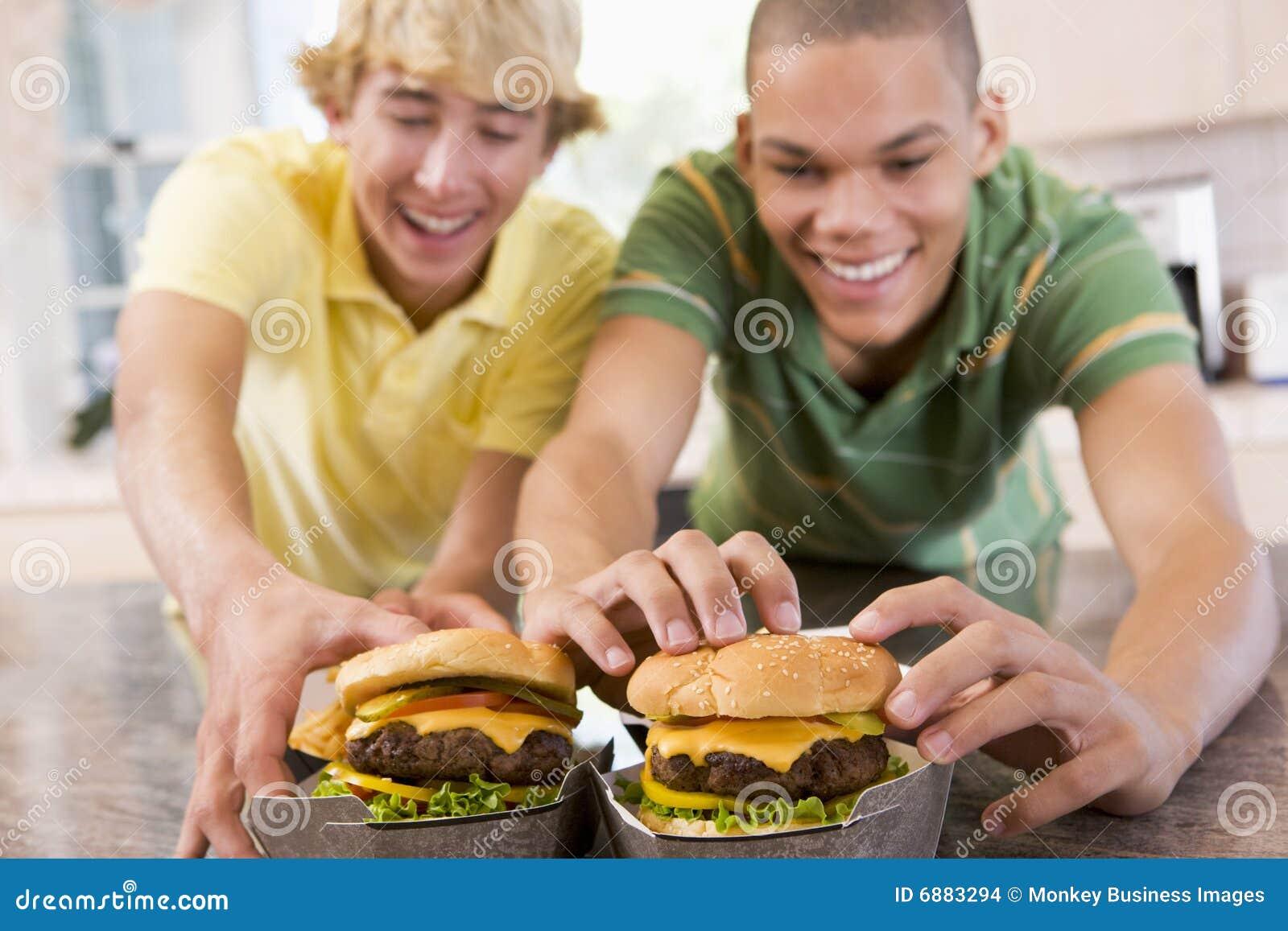 äta för pojkehamburgare som är tonårs-