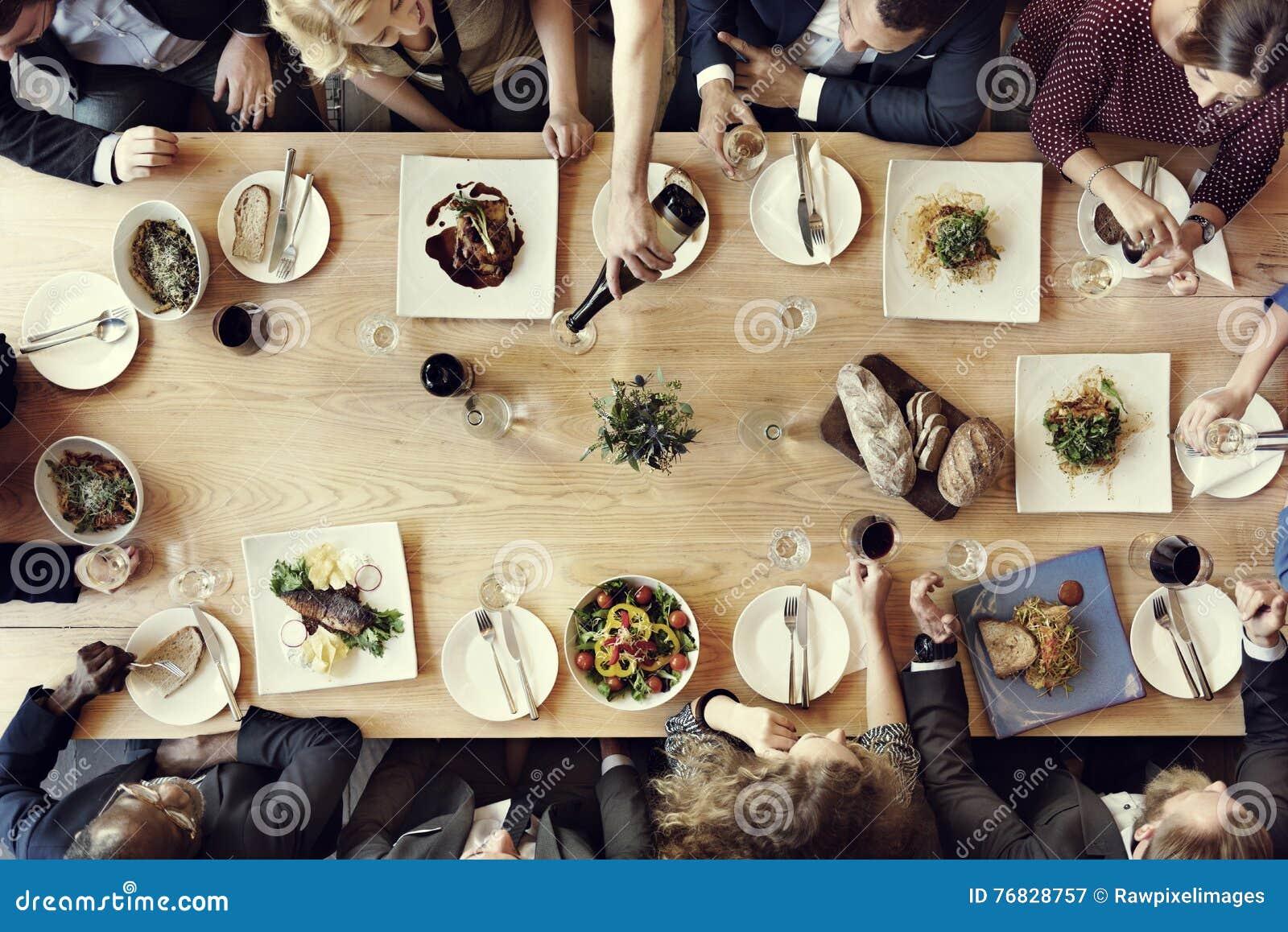 Äta middag affärsmanaffärskvinnakafét koppla av begreppet