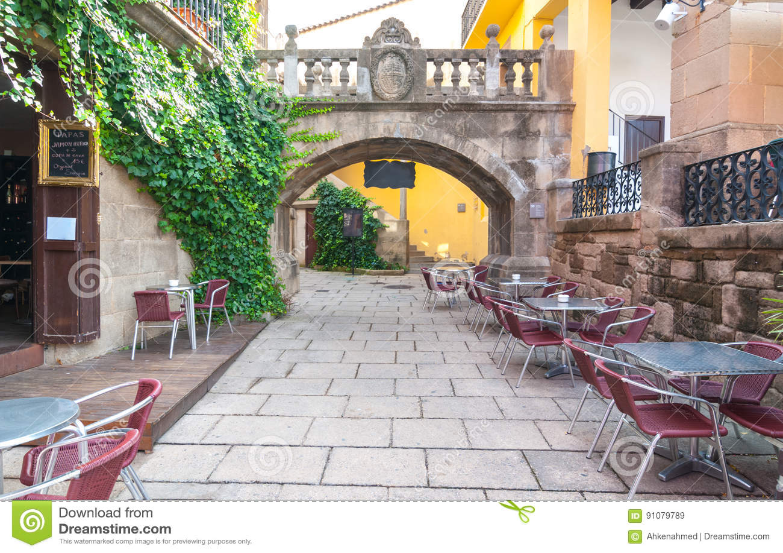 Äta middag alfreskomålningen väntar på i Barceloneta i den Barcelona staden