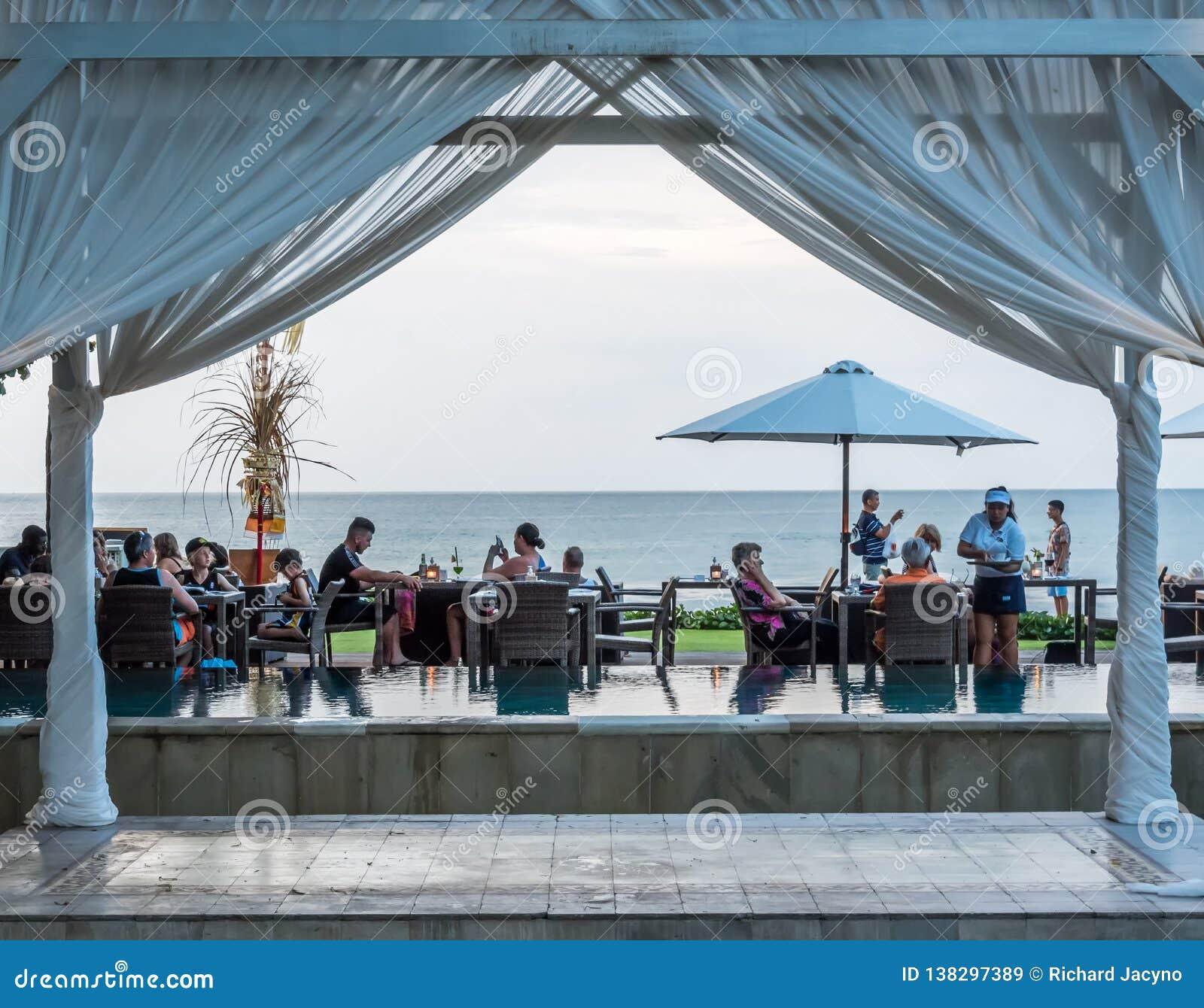 Äta middag på strandremsan i Kuta Bali