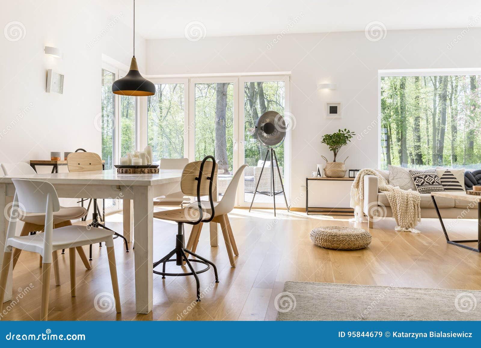 Äta middag utrymme i vardagsrum