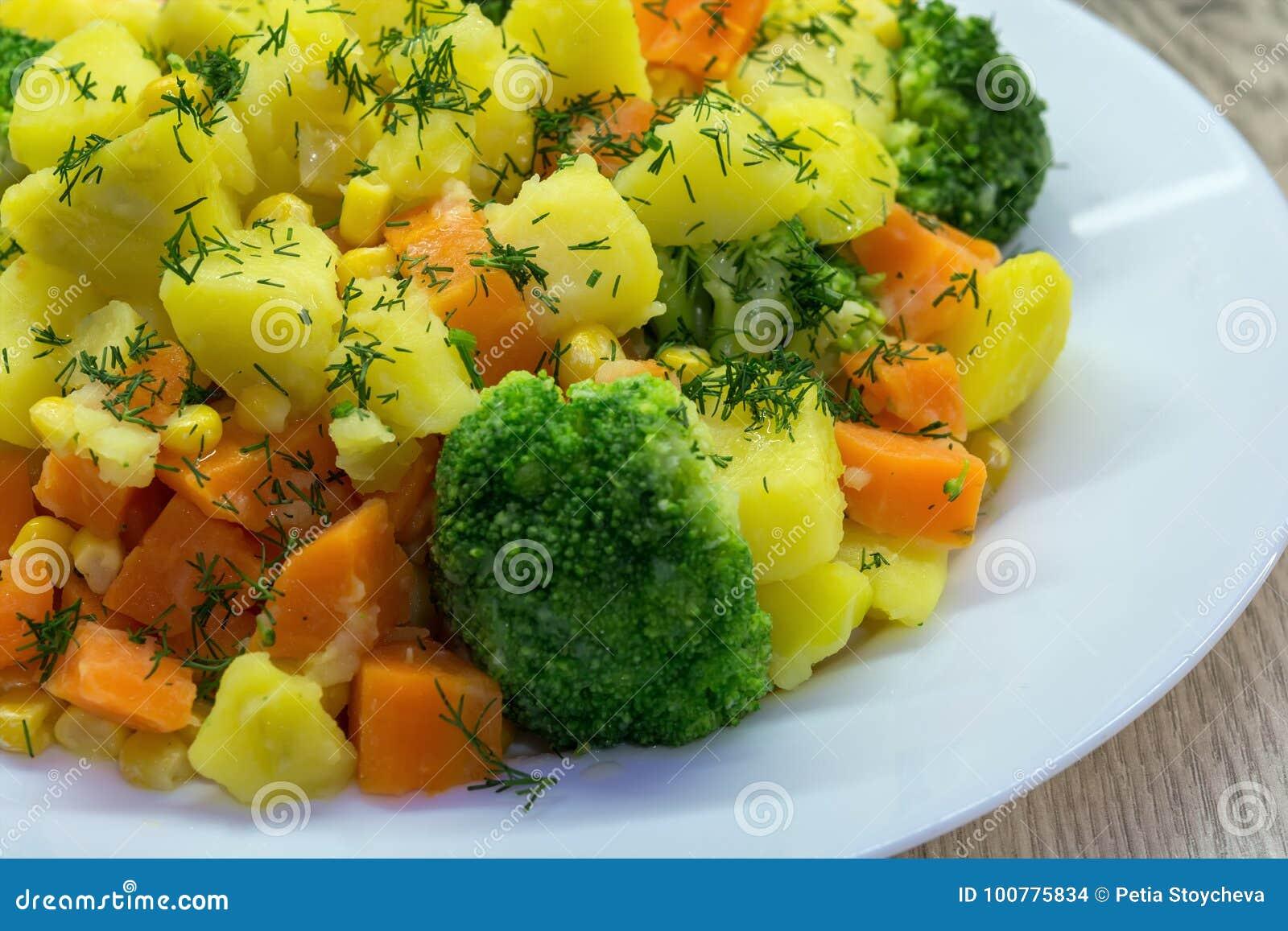 äta som är sunt Ångade grönsakpotatisar, morötter, broccoli, havre och ny dill