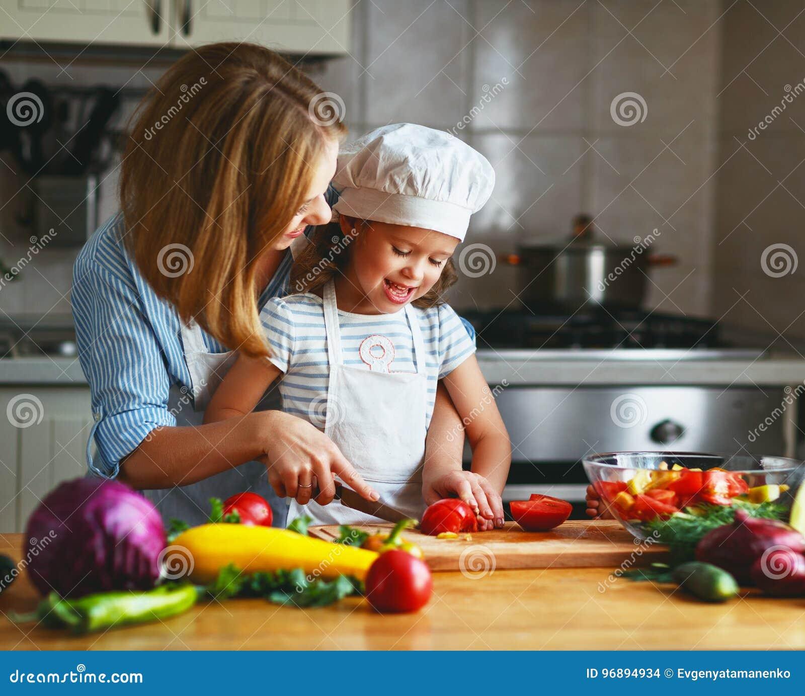 äta som är sunt familjmoder och barnflicka som förbereder vegetaria
