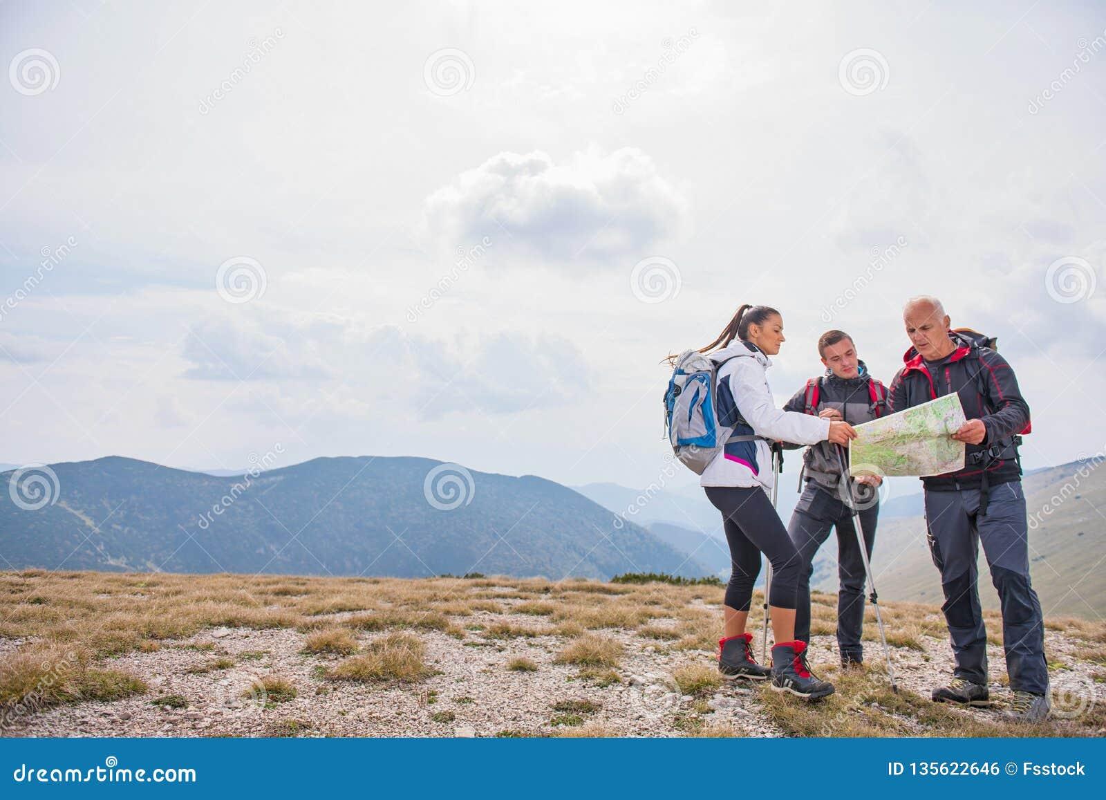 Äventyra, resa, turism, vandringen och folkbegreppet - grupp av att le vänner med ryggsäckar och översikten utomhus