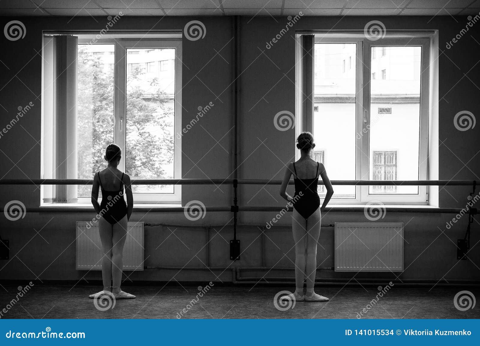 做舒展的芭蕾舞女演员在舞厅里