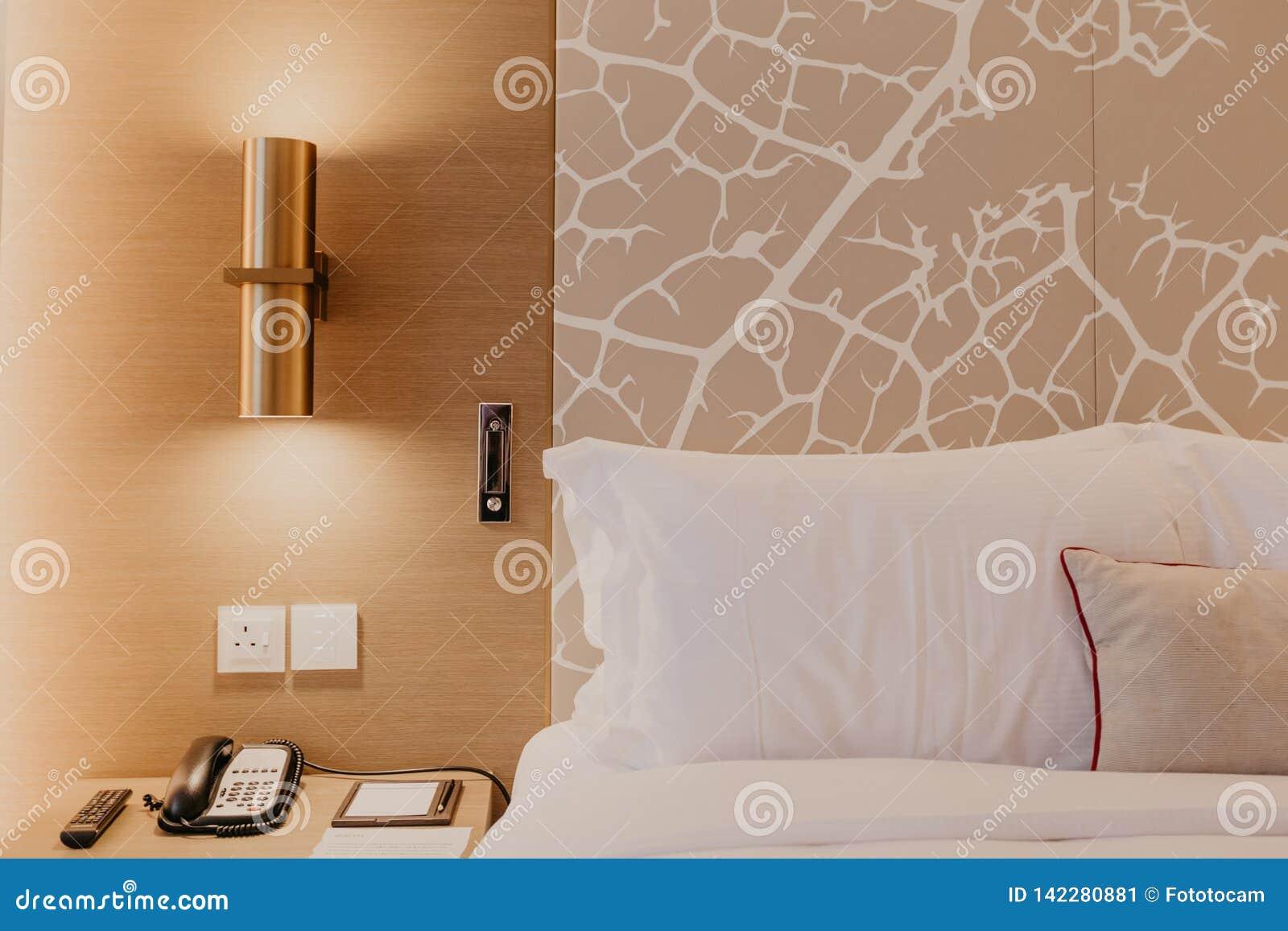 卧室的接近的片段有台灯的在现代家或旅馆