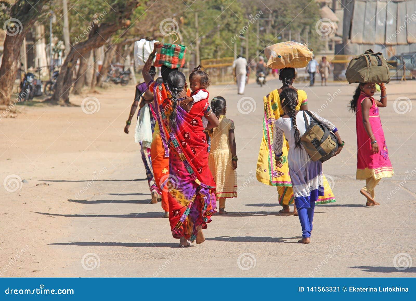 印度 亨比- 2018年2月1日 印度男人和妇女人群从后面在莎丽服在印度的街道上 明亮的颜色