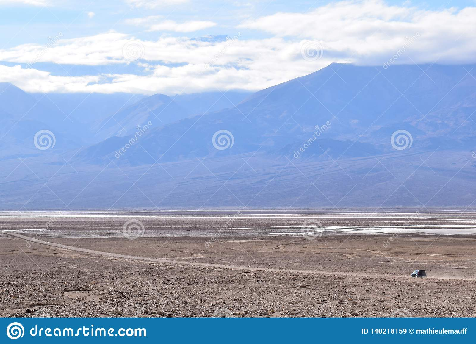 单独车辆驾驶在死亡谷
