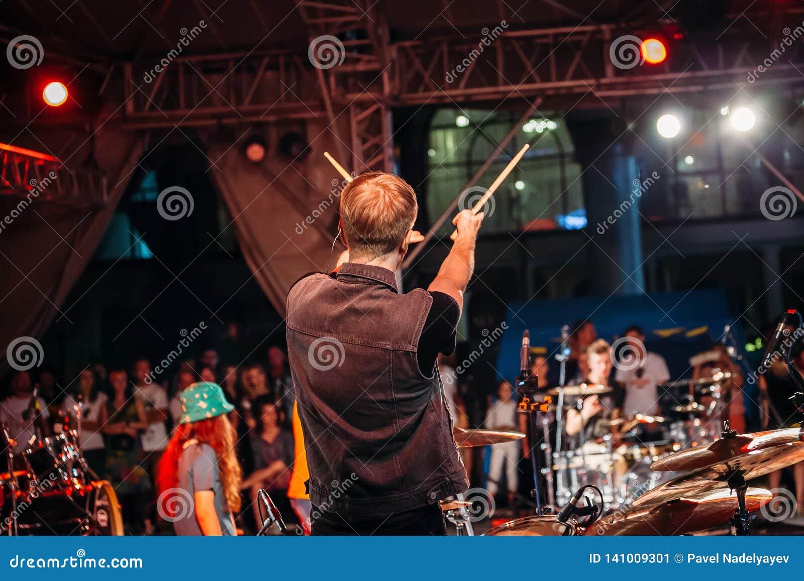 叶先图基,斯塔夫罗波尔疆土/俄罗斯- 2017年8月12日:被上升的音乐会的鼓手黏附背面图