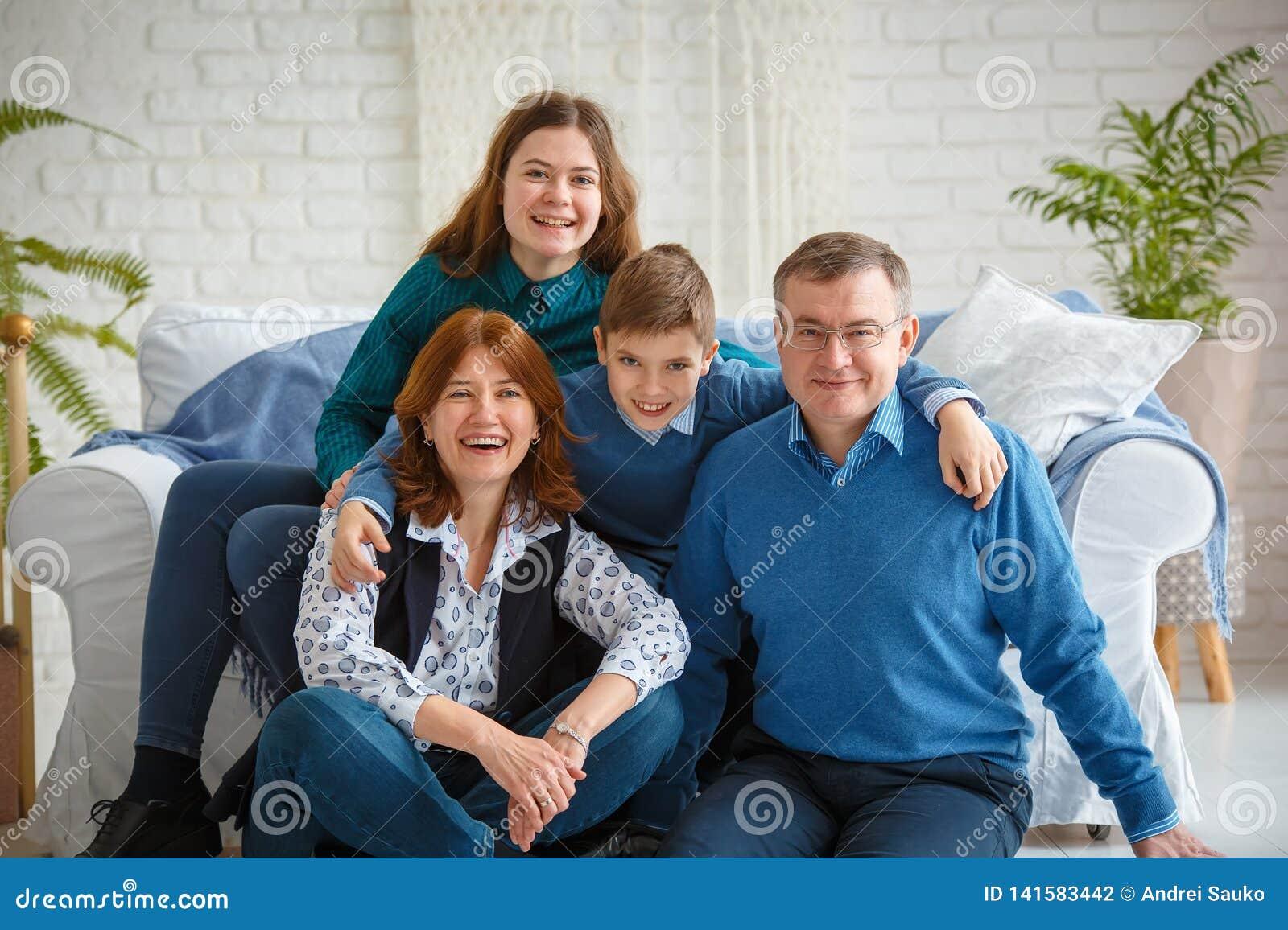 友好的家庭快乐的家庭画象