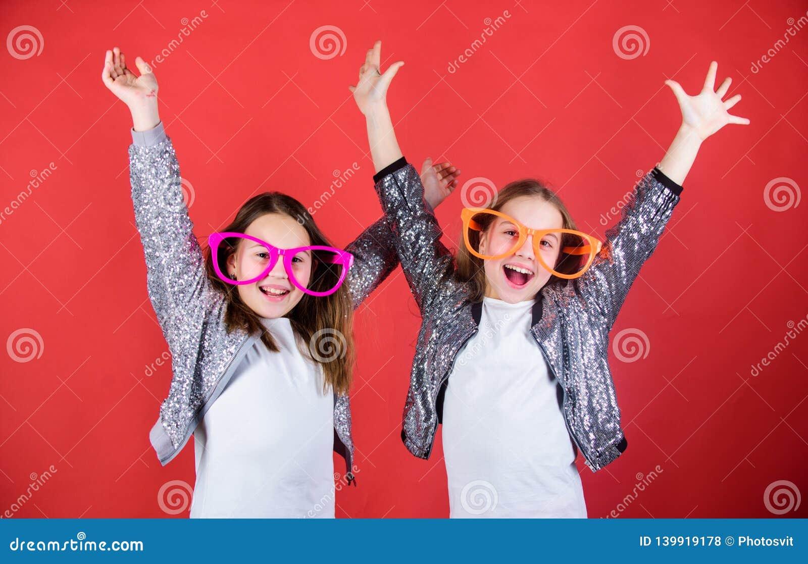 友好的联系兄弟姐妹 恳切的快乐的孩子分享幸福和爱 女孩滑稽的大镜片快乐的微笑
