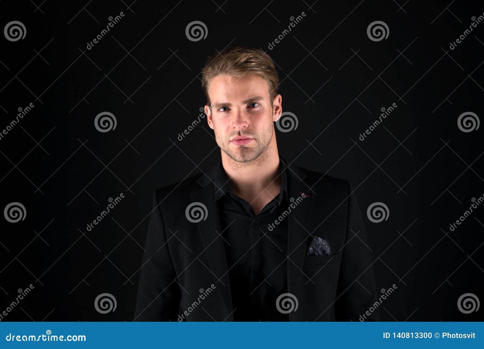 吸引人和确信 企业长沙发或专家 背景绿色办公室工作者 男孩企业英俊的内部膝上型计算机人年轻人 礼服的商人