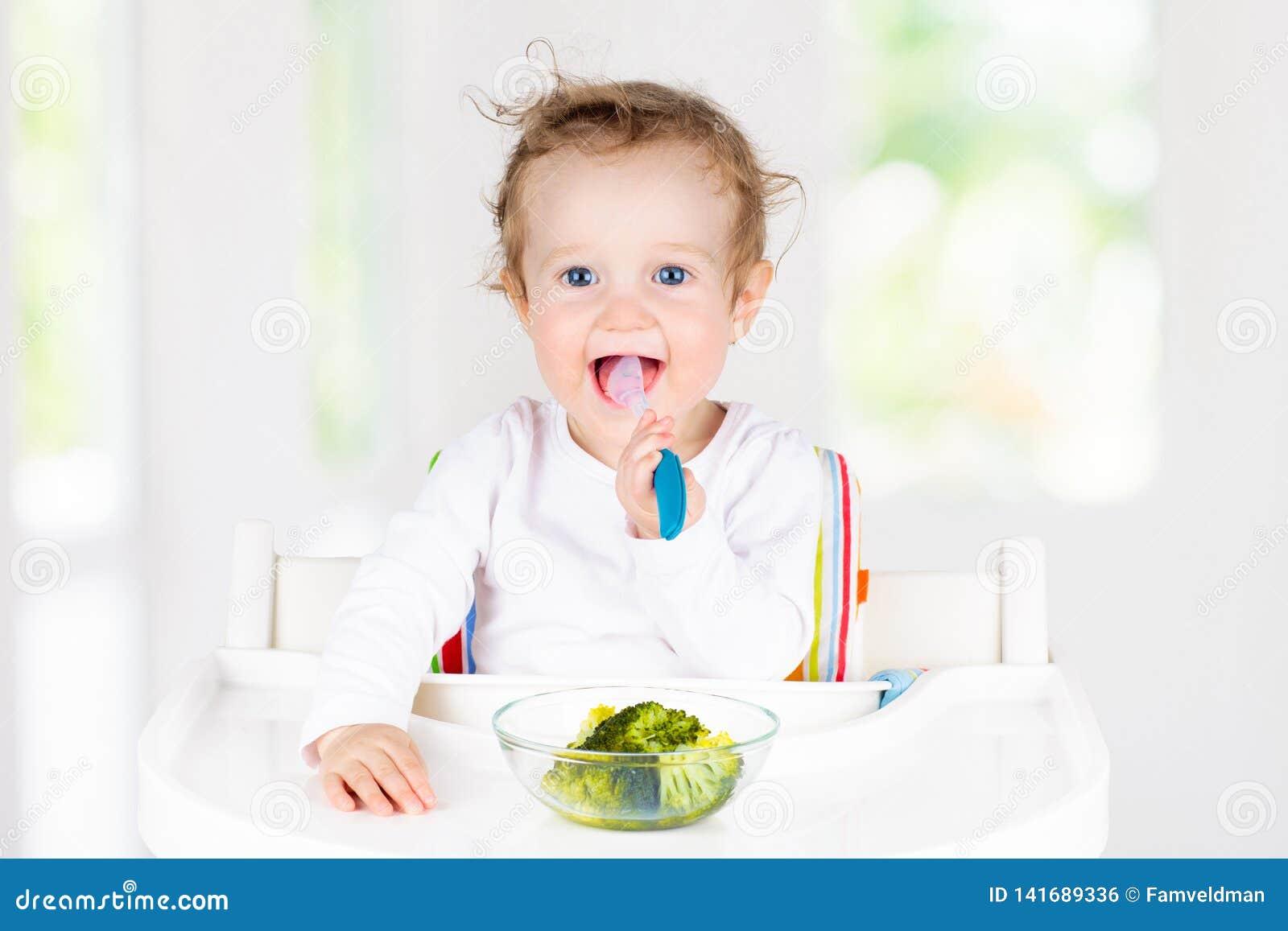 吃菜的婴孩 婴儿的坚实食物