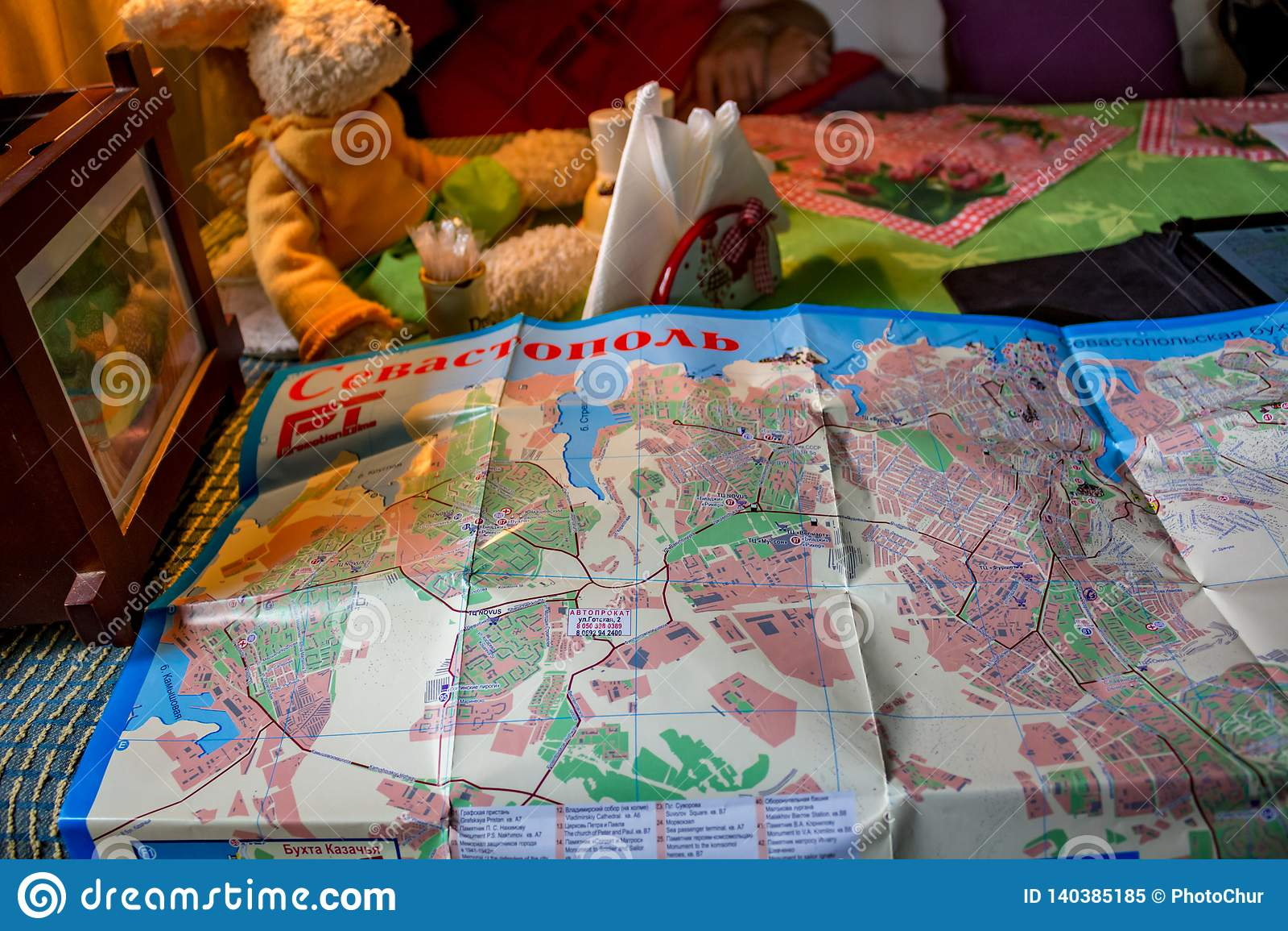 塞瓦斯托波尔,克里米亚- 2014年9月:旅游路线的编辑在塞瓦斯托波尔地图的