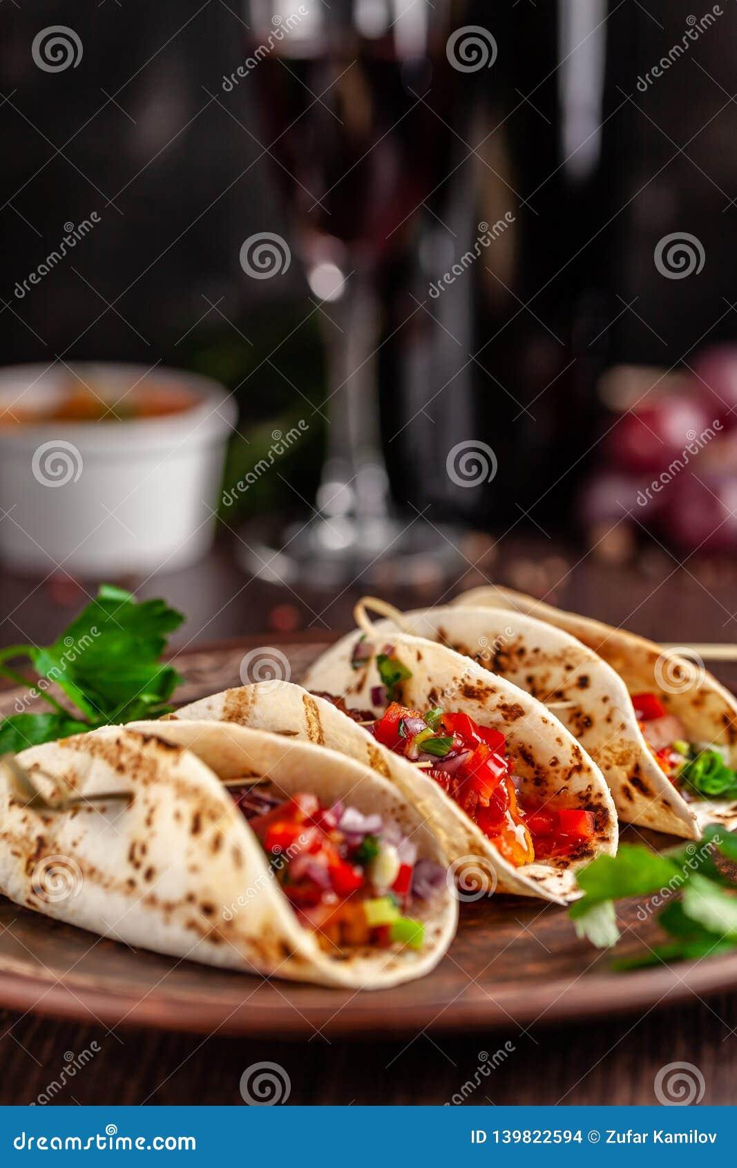 墨西哥烹调的概念 与菜,豆,辣椒粉,在油煎的未膨松面制面包的辣椒的墨西哥开胃菜炸玉米饼