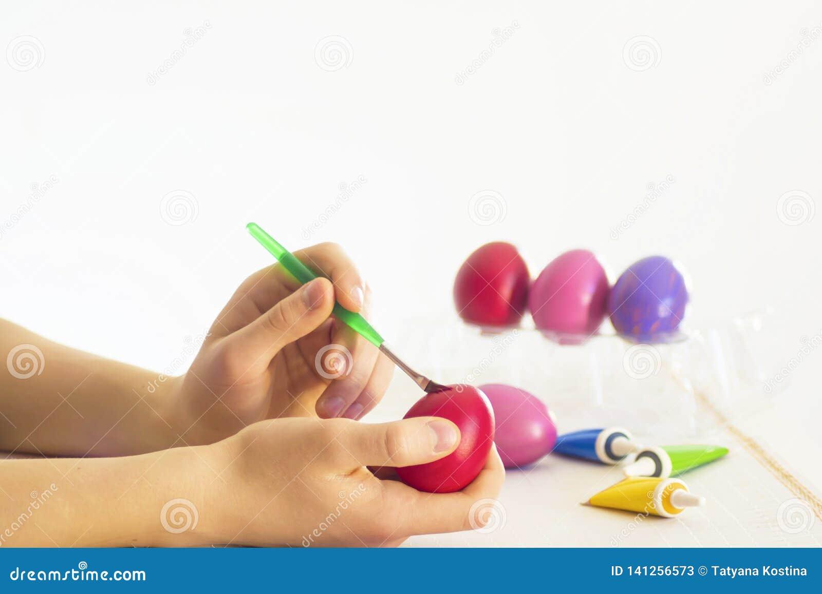 复活节彩蛋与丙烯酸漆刷子的着色过程