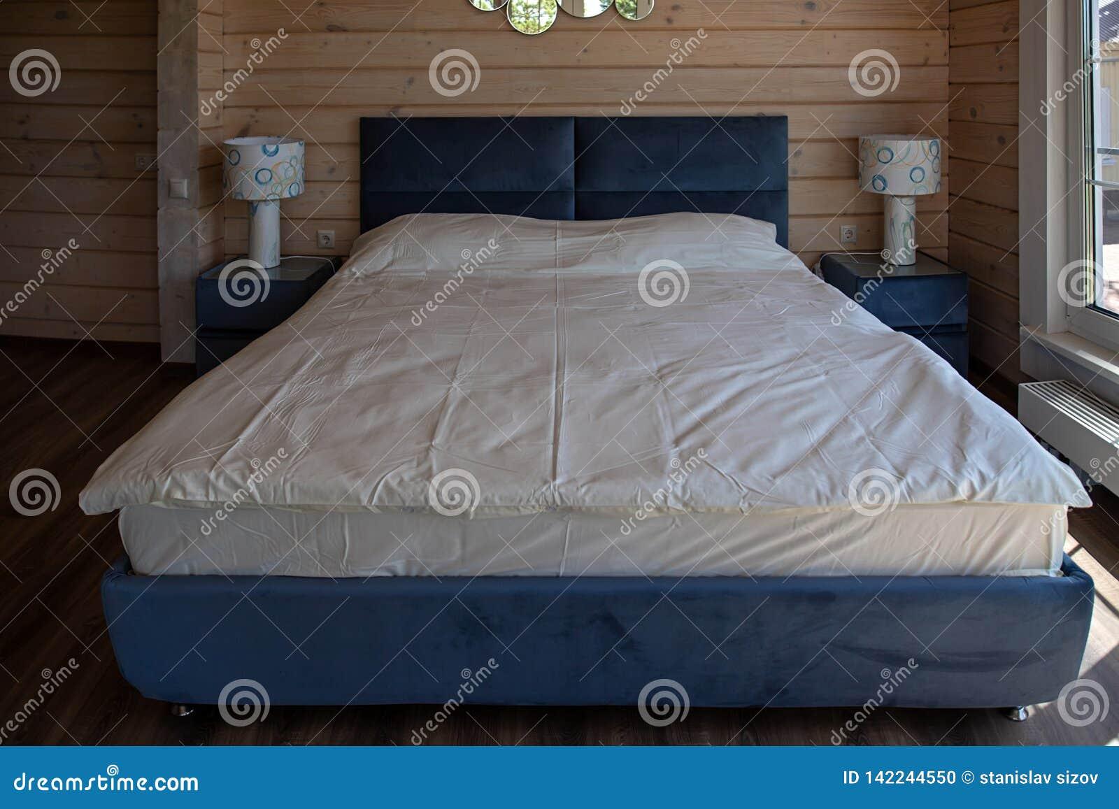 大整洁的双人床在豪华旅馆里