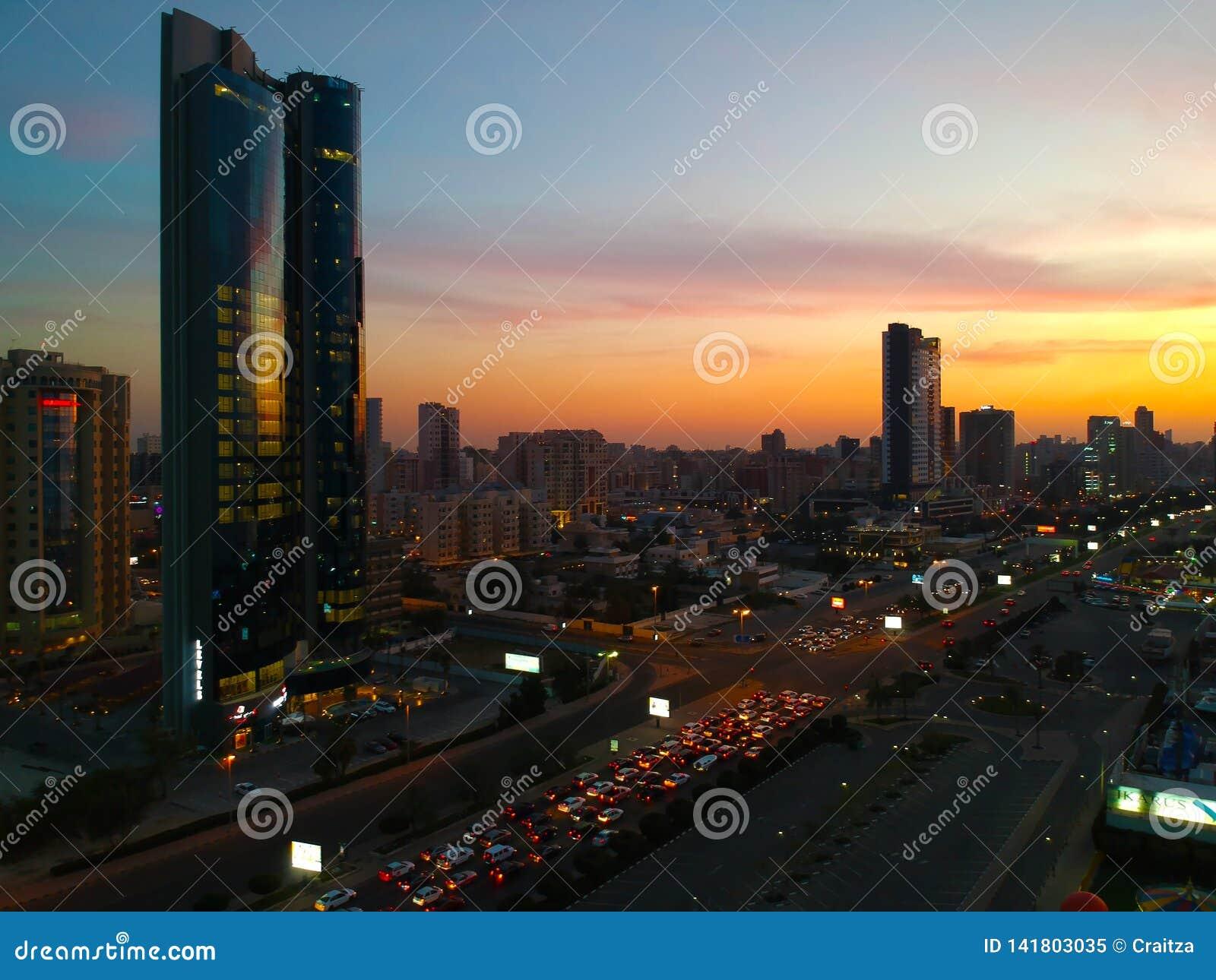 大约2019年3月12日-放置在海湾公路交通的太阳落山美好的颜色细微差异在Salmiya科威特