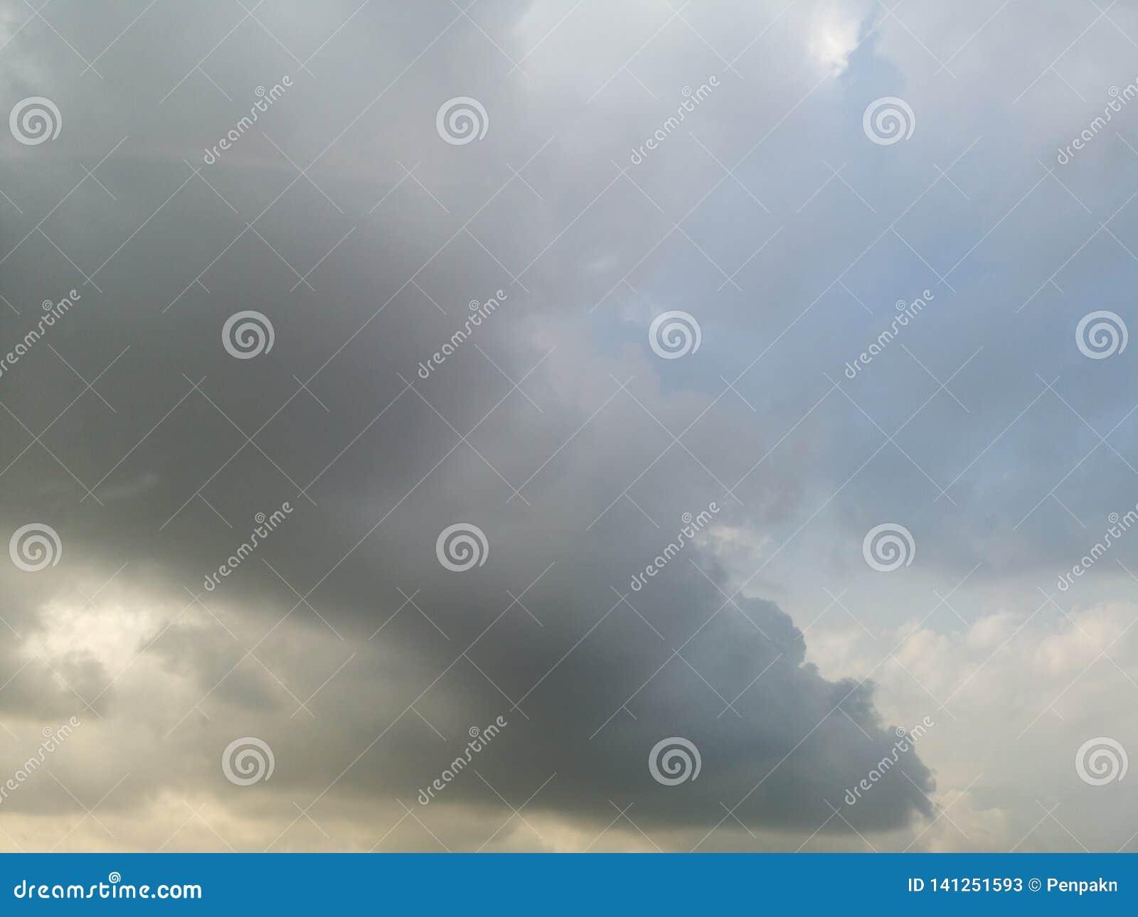 天空是coundy阴云密布的黑色