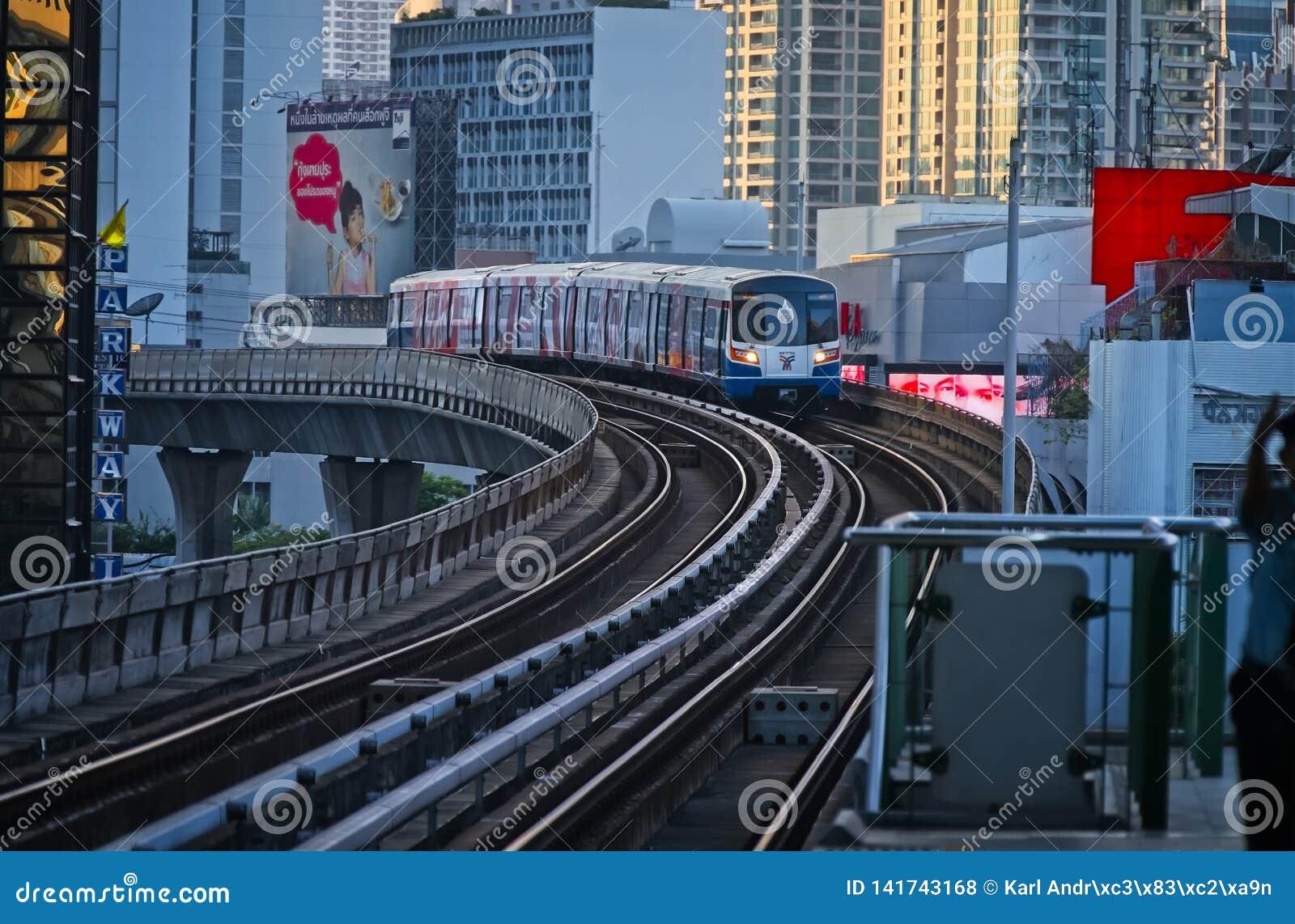 天空火车到达对驻地的曼谷