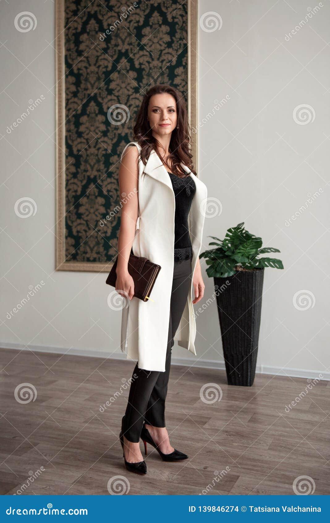 夫人在偶然西装的企业家身分有日志的在她的手上