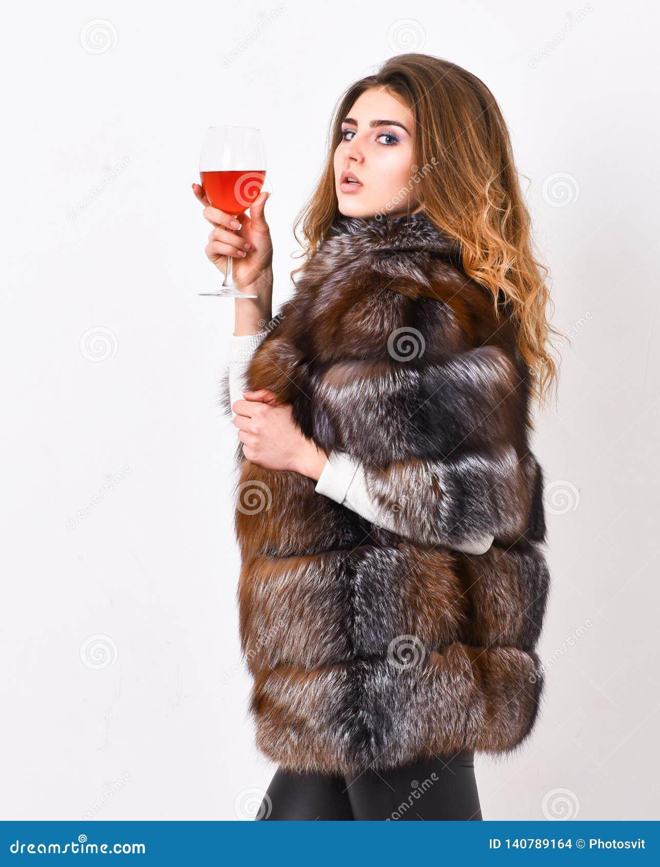 夫人时装模特儿卷曲发型享用精华酒 酒文化概念 妇女饮料酒 女孩时尚构成穿戴