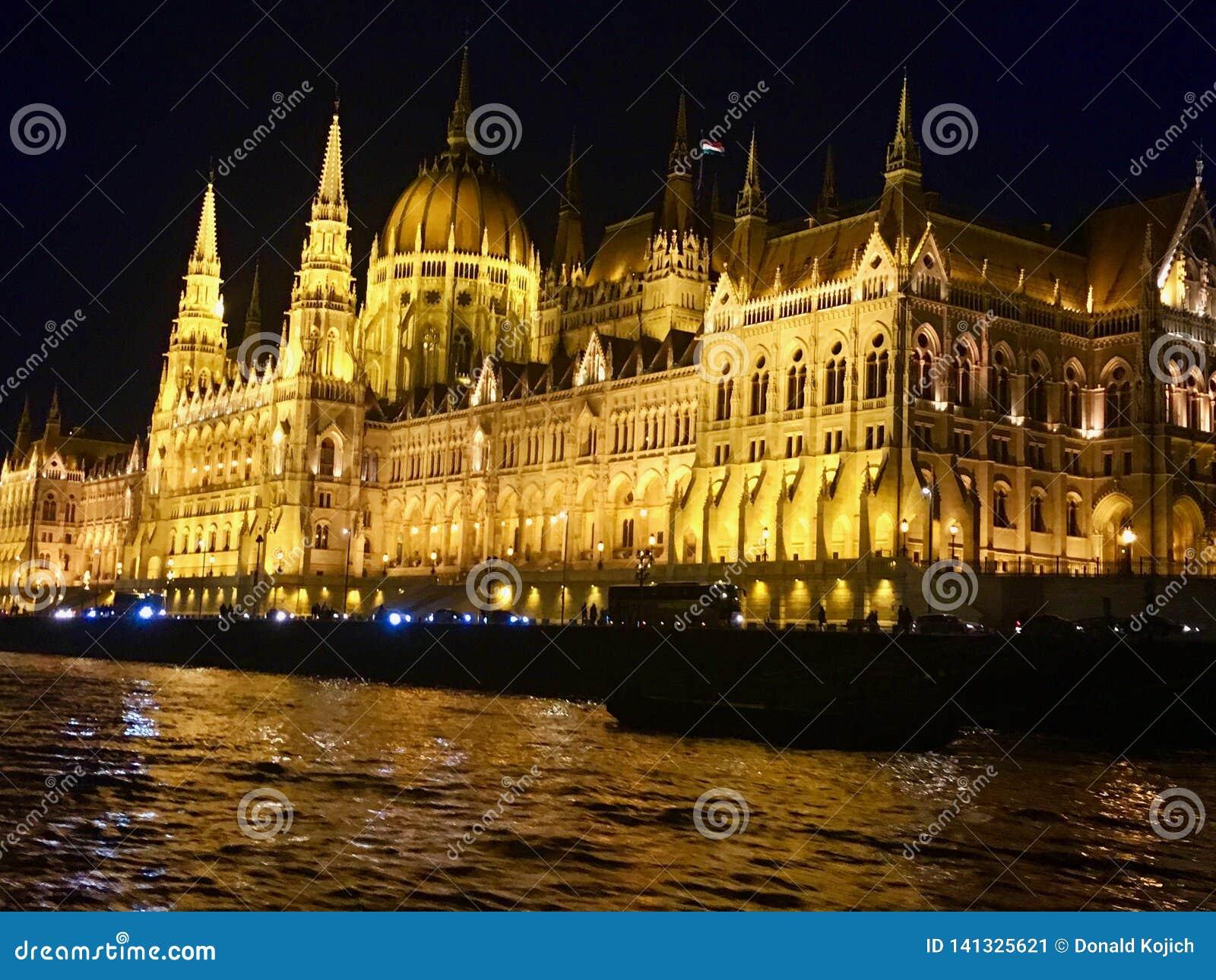 夜间观点的匈牙利议会