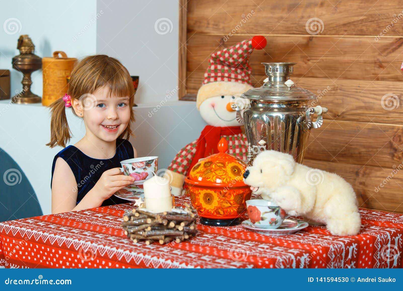 女孩喝着茶和微笑