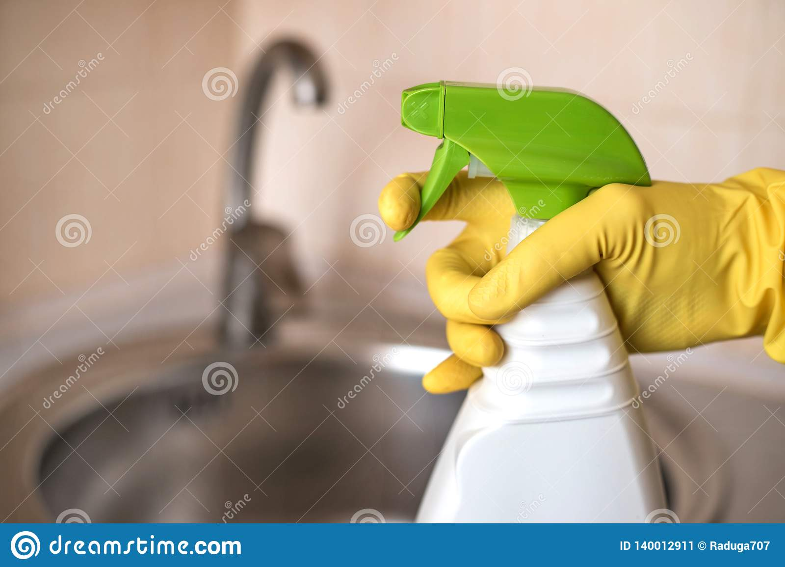 女性管理员的手有洗涤剂的反对水槽