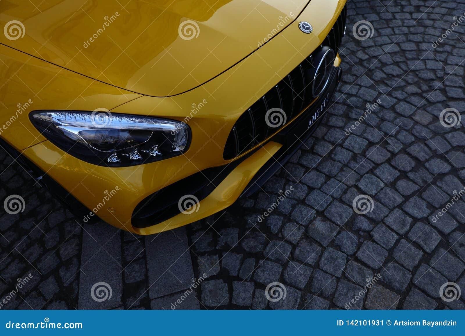 奔驰车AMG GT C黄色