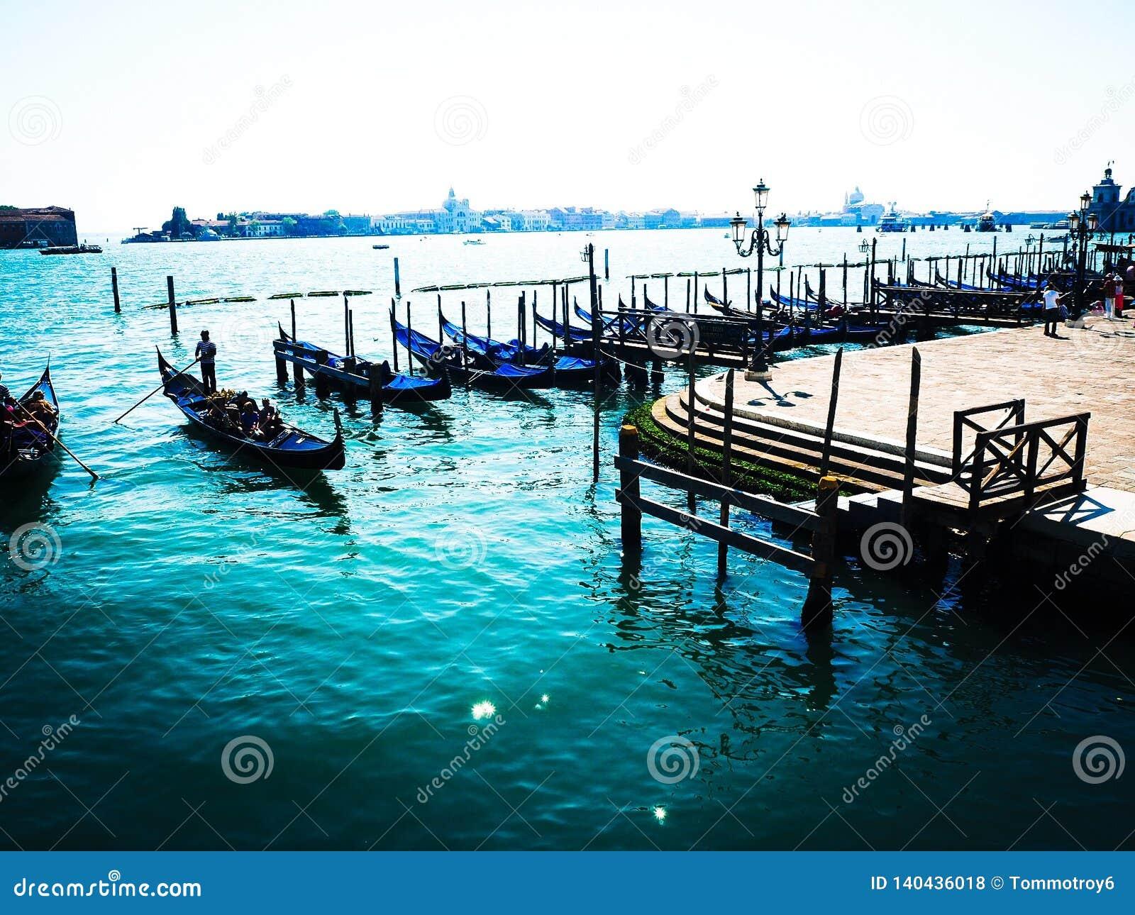 威尼斯和精采大海小船