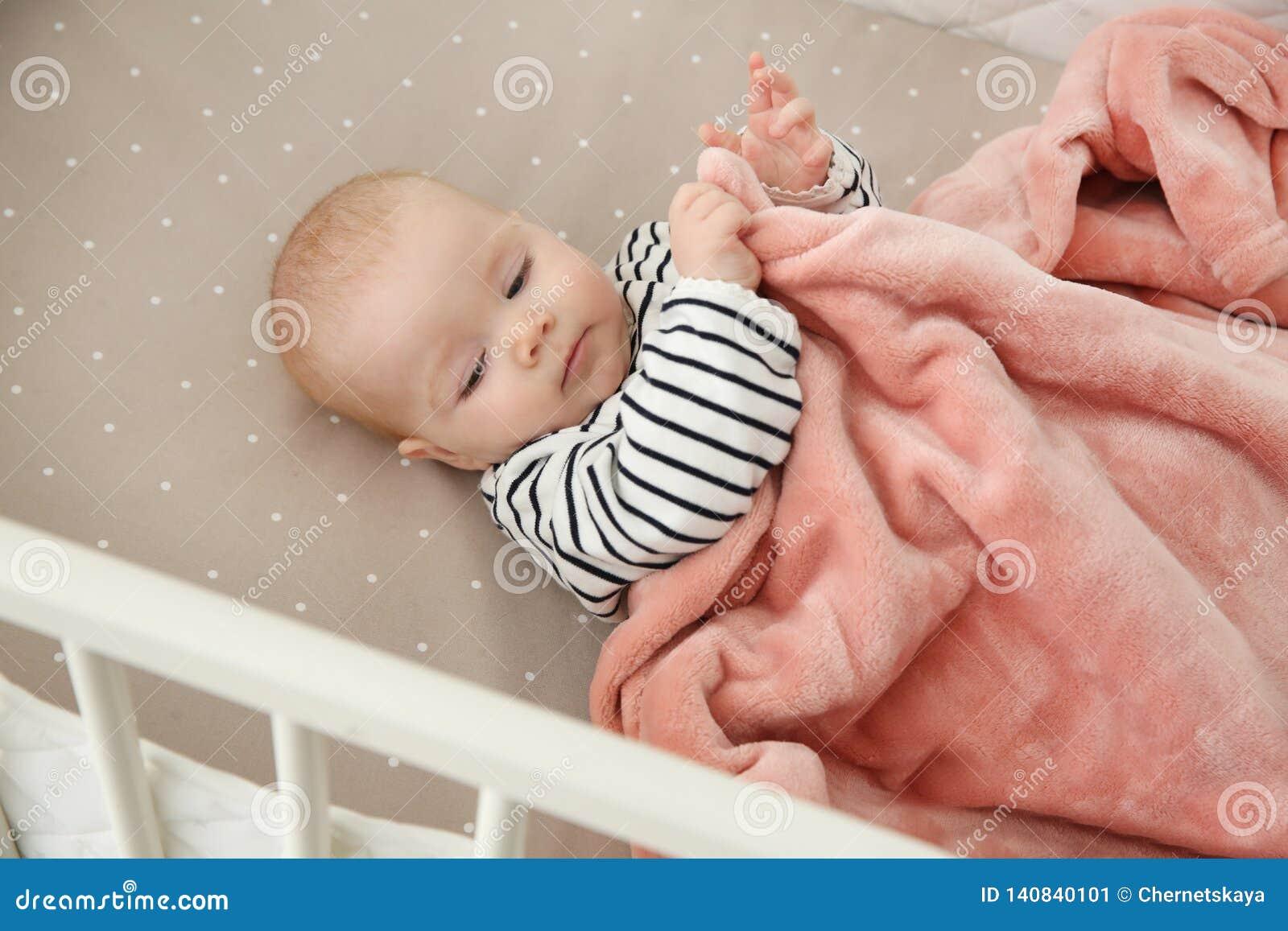 婴孩小儿床逗人喜爱的女孩 哔哔