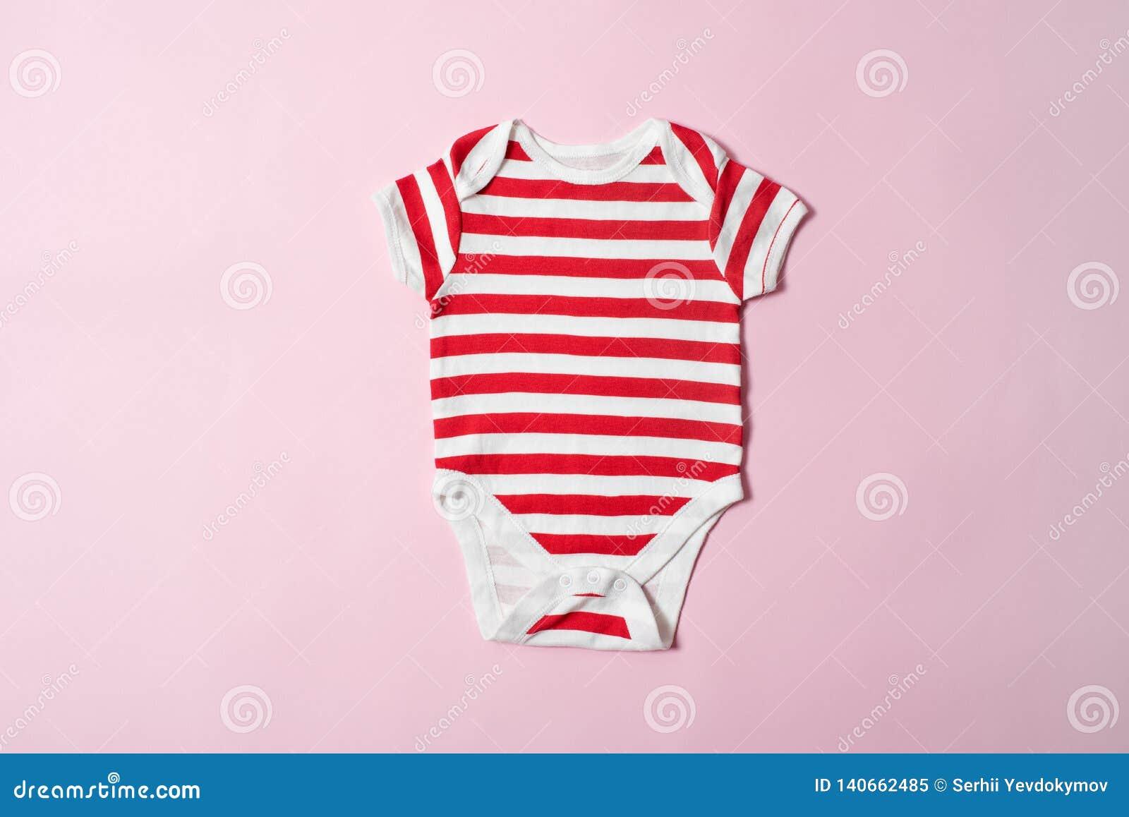 婴孩在桃红色背景的时尚概念 镶边紧身衣裤