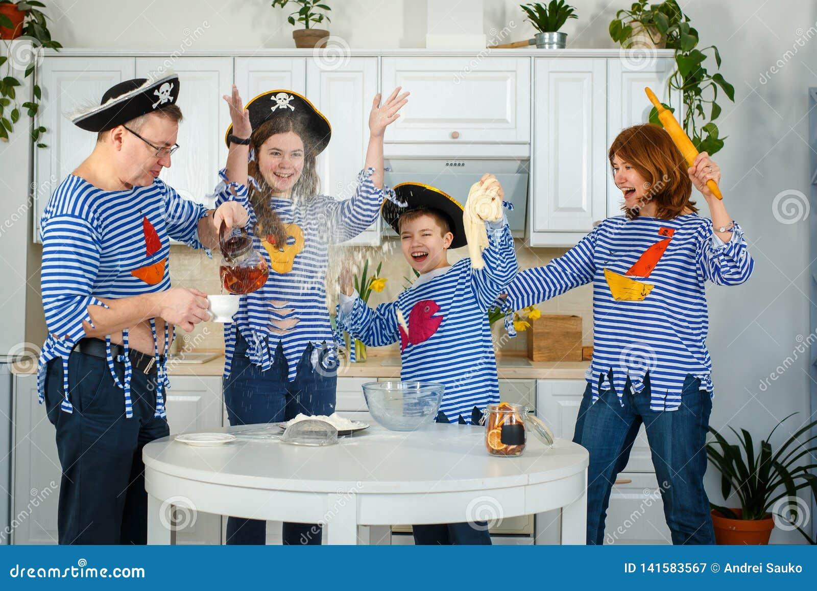 家庭一起烹调 丈夫、妻子和他们的孩子在厨房里 家庭揉面团用面粉