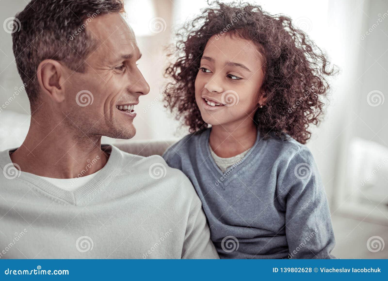 宜人的看彼此的父亲和逗人喜爱的女儿