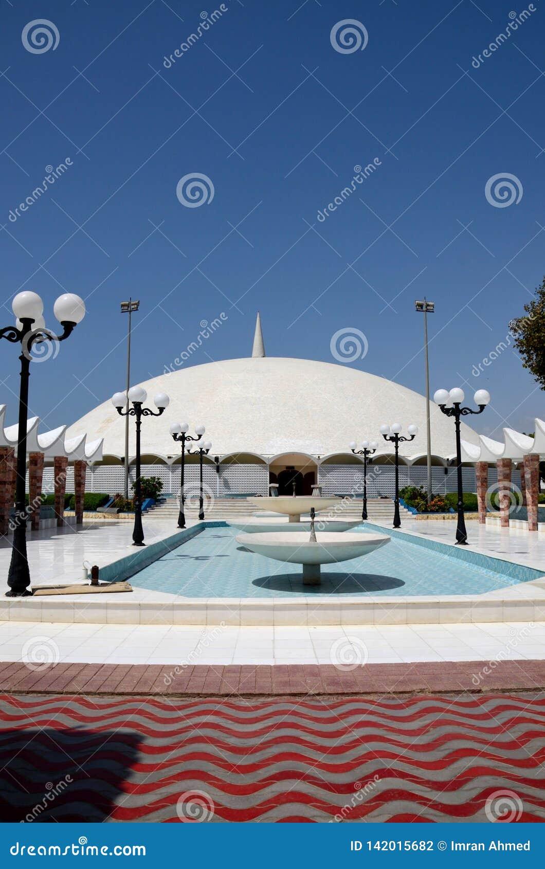 对Masjid Tooba或圆的清真寺的喷泉走道与大理石圆顶尖塔和庭院防御卡拉奇巴基斯坦