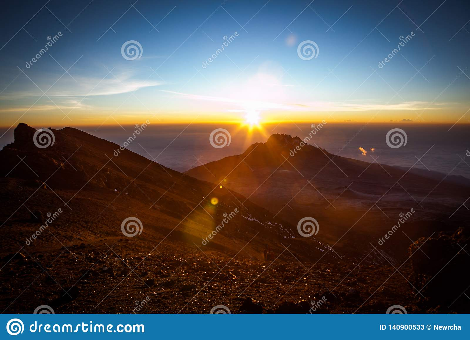 对Mawenzi峰顶的令人惊讶的看法从在日出的史特拉点
