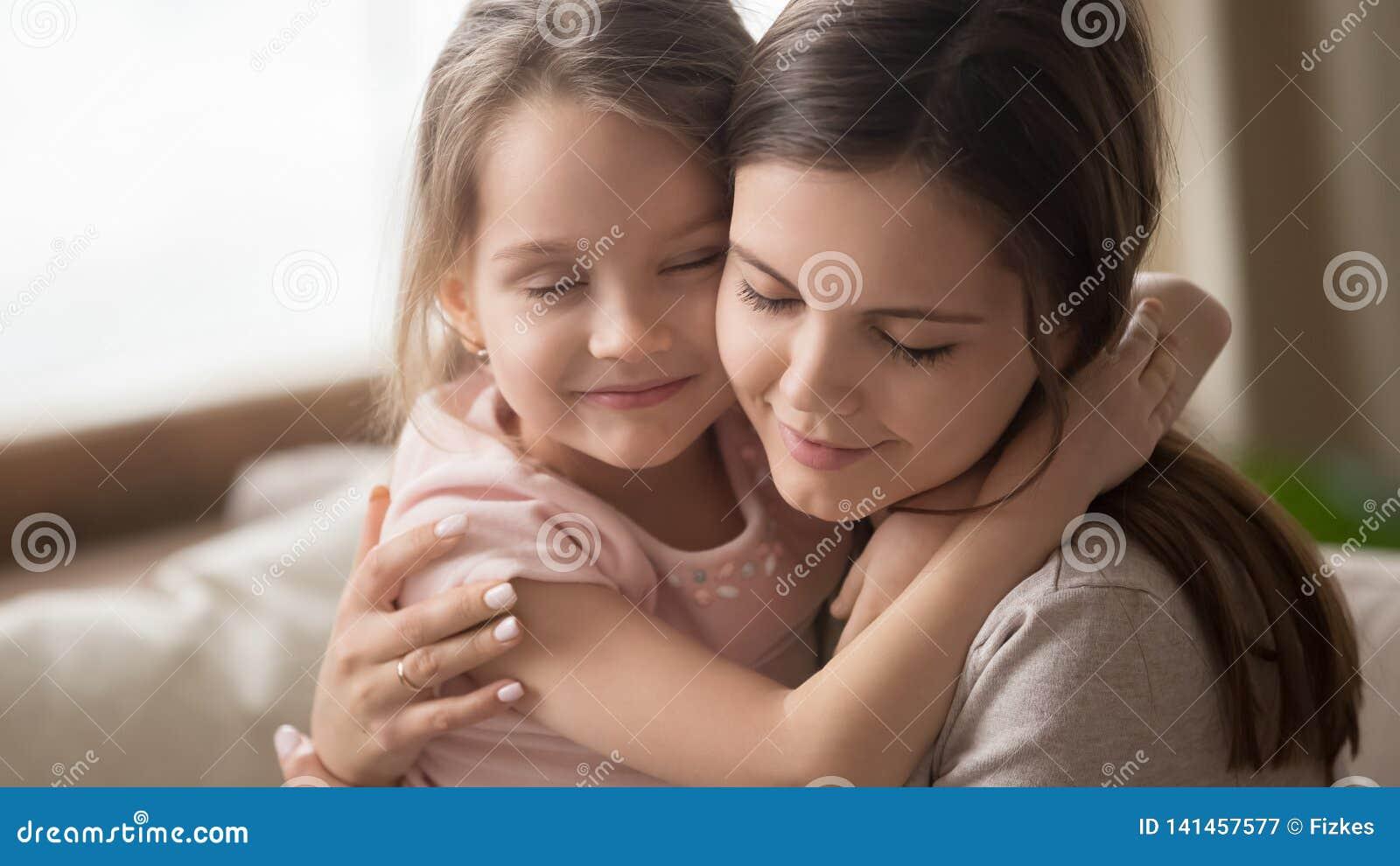 富感情的家庭母亲容忍小孩女儿感觉的爱连接