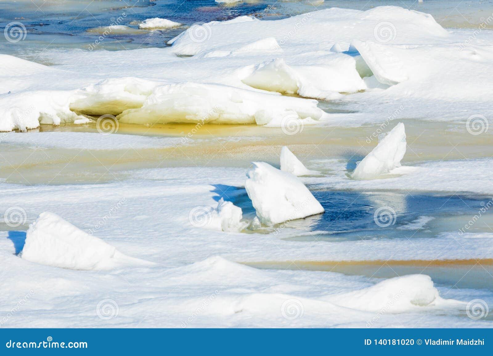 小丘和浮冰在冬天河