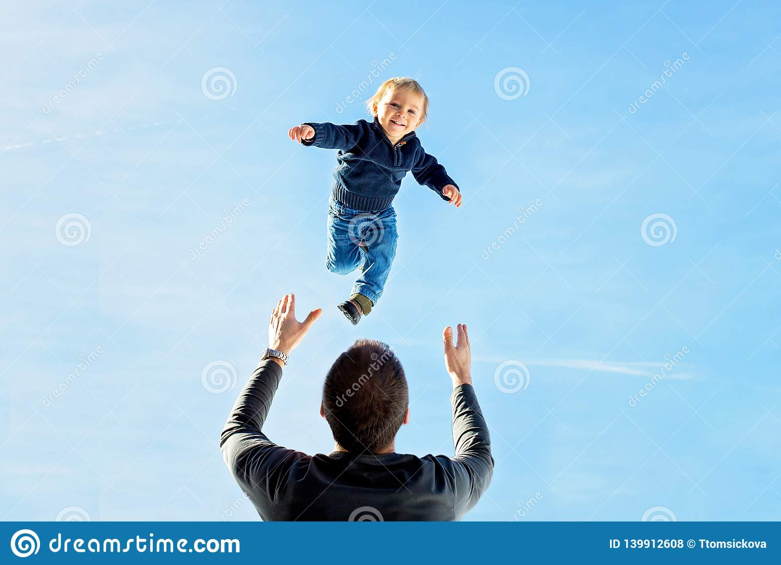 小小孩男孩,飞行在天空,投掷他的爸爸高在天空中 家庭,享受多雪的山冬天视图和