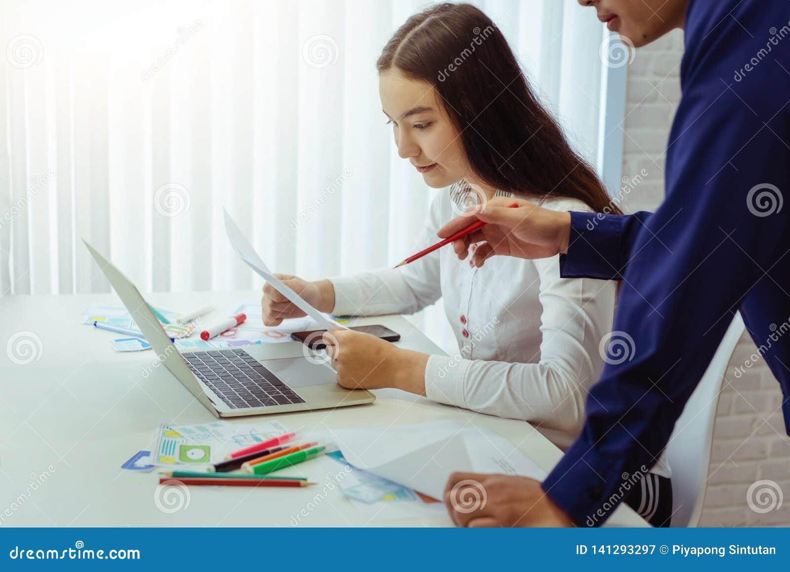 小组设计师应用谈论为新的应用程序机动性在办公室 用户经验设计观念